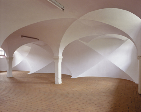 o.T., 2002, Holz, Hartfaserplatte, Gipsputz, 300 x 1320 x 2210 cm, Kunstverein Aichach