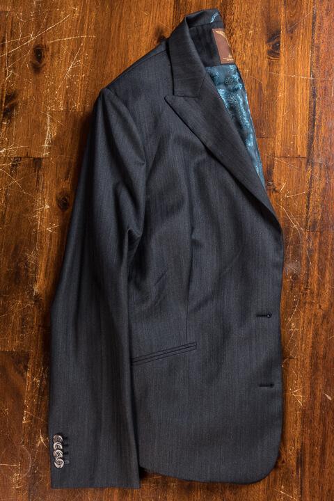 - Donker Grijs Visgraat Pak 3 Delig Voor Een Voluptueus Peer Figuur Jasje Broek Vest