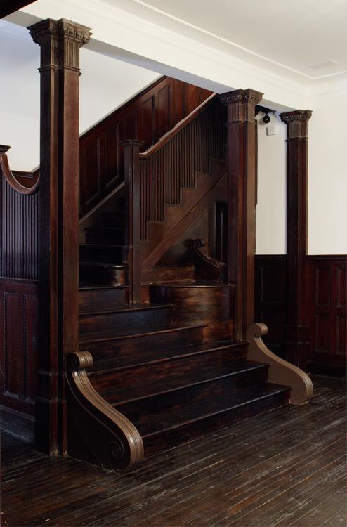 01_wunderground_harlem_historic_townhouse_stairwell.jpg