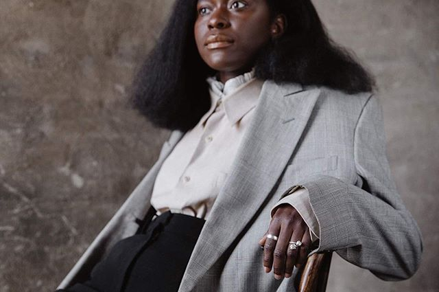 [ VARFÖR SVARTA KVINNOR? ]  En ständig fråga vi får🙄🤷🏿♀️. En fråga som vi är mycket medvetna om att det finns många svar till. Ett av svaren är att vi genom EMPWRGRP vill skapa ett främjande arbete som belyser proplematiken kring diskriminering och afrofobi. På senare tid har rapporter kring ovanstående påvisat att svarta kvinnor och män diskrimineras på arbetsmarknaden utifrån sin hudfärg och att hatbrott mot svarta i Sverige har ökat.  Vi på EMPWRGRP vill därför arbeta för inkludering och syftar till att fylla ett vakuum som många svarta kvinnor upplever. Vi vill synliggöra svarta kvinnor i vårt samhälle och stärka dem trots den strukturella rasism som idag genomsyrar vår vardag.  Genom EMPWRGRP får svarta kvinnor utrymme att vara mer än sin hudfärg, hos oss finns möjligheten att arbeta med sig själv, skapa gemenskap och tillhörighet men också att lära sig av varandra.  Därför drivs EMPWRGRP av svarta kvinnor för svarta kvinnor med en vision att vi tillsammans har rätt verktyg för att nå vår fullaste potential. ________________ Leadgroup17 deltagare @haws på bild. 📸 @alicia.sjostrom 👚 @roheeys & @rebeccatesfa 💄 @hosannamakeup  ________________ #svartkvinna #melaninleader #investinher #ledarskap #entreprenör #diversity #blackwomenlead #socent #makechange #mångfaldpåriktigt