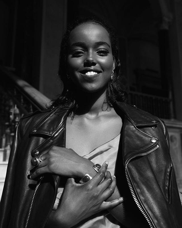 [ FARYAL ]  Vår fantastiska Leadgroup19 deltagare som är en riktig glädjespridare och en inspiration för andra svarta kvinnor. Hon jobbar inom byggbranschen, som konstruktör. Som en konstruktör räknar man och ritar på de bärande elementen i en byggnad. 👷🏿♀️🚧 __________________________________ Vad Leadgroup19 betytt för dig?  Leadgroup19 har breddat min kunskap och gett mig en helt ny inblick på många saker man som en individ ofta inte bearbetar. Att vara omringad av kvinnor som är inspirerade, stärkande är något jag uppskattar oerhört mycket. __________________________________ Bor du i Jönköping eller i närområdet har du möjlighet att gå Leadgroup vårt ledarskapsprogram till hösten. Träffa oss 🙋🏾♀️🙋🏿♀️ på vårt event Melanin Meetup nu på torsdag som äger rum på @rumfem kl 18.30 om du är intresserad av att delta eller veta mer. Anmälan finns i vår bio📮 __________________________ 📸 @dedelebolia  Leadgroup19 deltagare @baatwomeen @thepragencysthlm 🧥 __________________________ #leadership #melaninleader #blackwomenlead #leadersofchange  #personaldevelopment #ledarskap #empowerment #utveckling #byggbranschenskvinnor #byggbranschen