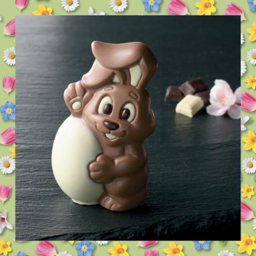 Le lapin de Pâques - Nouveauté chez PAUL, le lapin de Pâques au chocolat au lait pur beurre de cacao et ses décorations en chocolat blanc et chocolat noir.