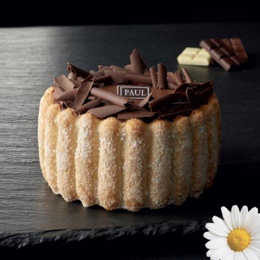 La charlotte vanille chocolat - Un dessert idéal pour vos fêtes de Pâques ! Appréciez sa décoration avec des copeaux et des billes de chocolat au coeur en céréales.