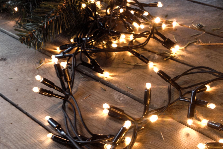 Pyntning & Lyskæder - Design af træ og rumDesign/oppyntning af træLevering af kasse med pyntHjælp til påsætning af lyskæderKøb af lyskæder