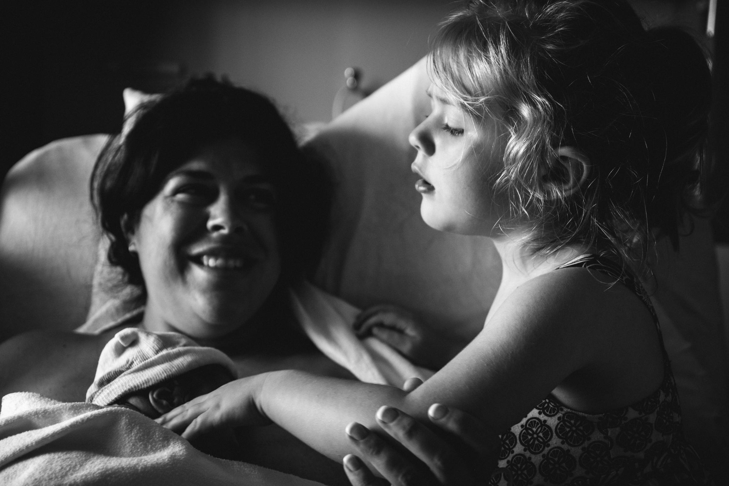 photo-de-nouveau-ne-a-l-hopital-fresh-48_photographie-noir-et-blanc-photographe-de-famille-lifestyle-enfant-montreal-20.jpg