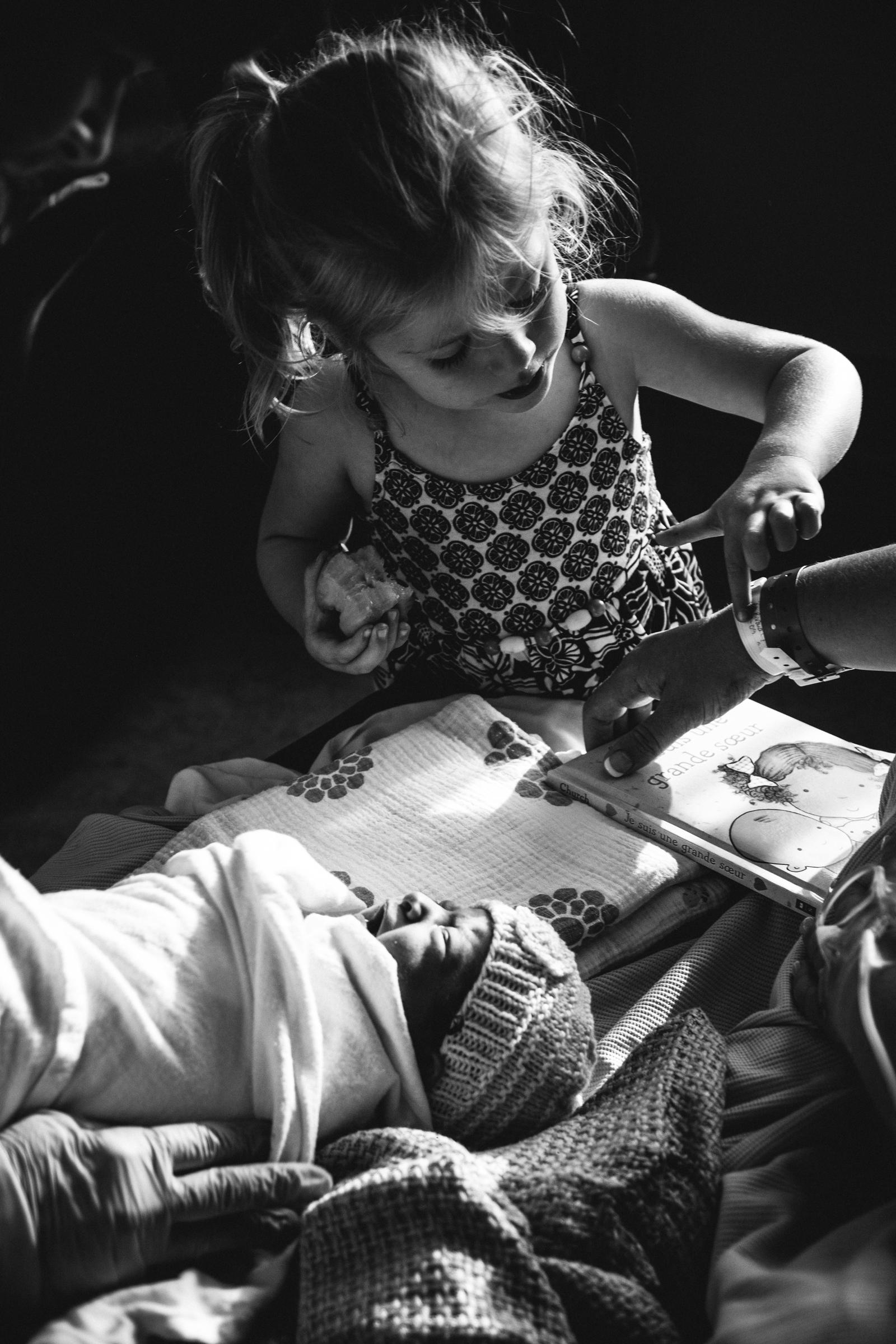 photo-de-nouveau-ne-a-l-hopital-fresh-48_photographie-noir-et-blanc-photographe-de-famille-lifestyle-enfant-montreal-31.jpg
