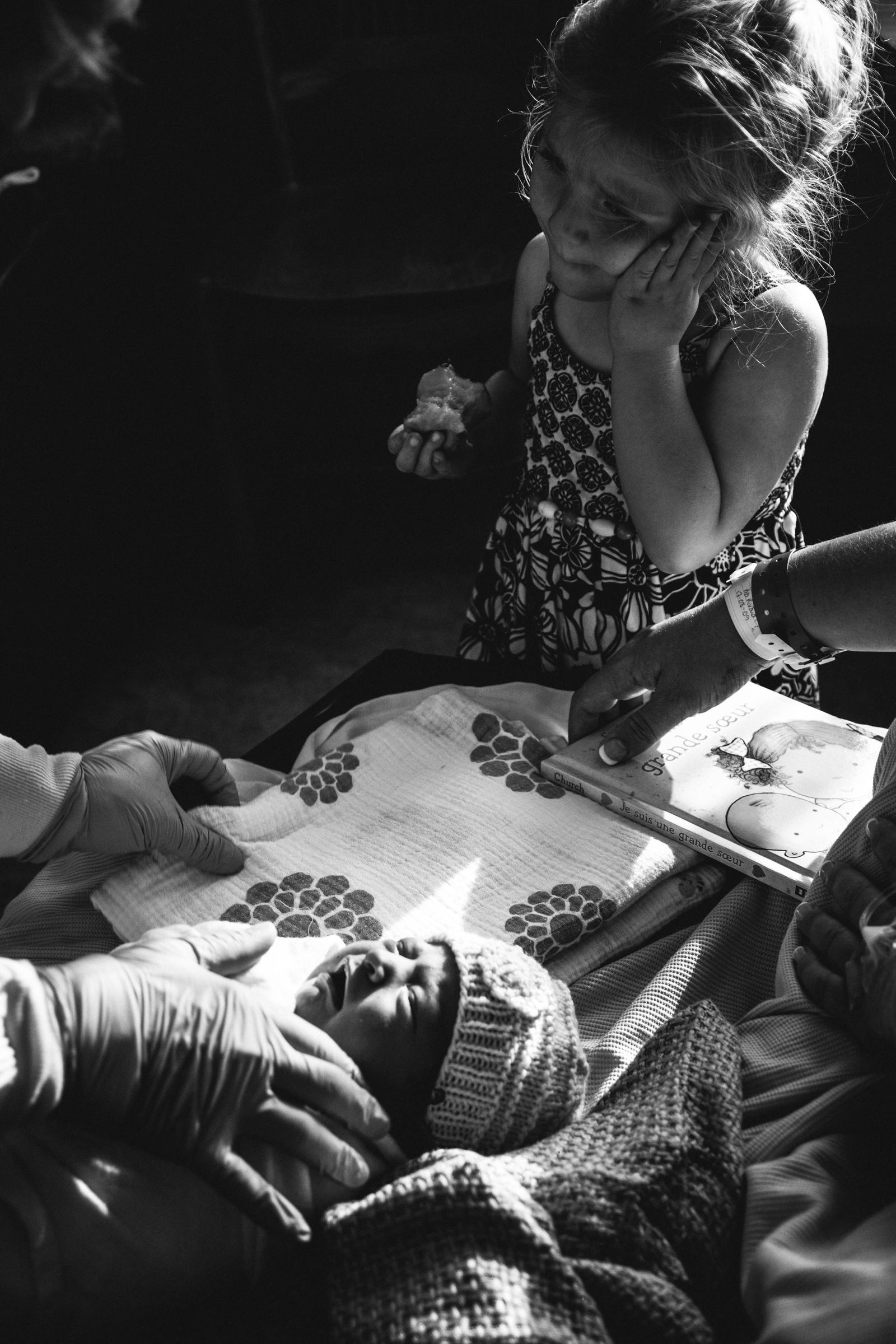 photo-de-nouveau-ne-a-l-hopital-fresh-48_photographie-noir-et-blanc-photographe-de-famille-lifestyle-enfant-montreal-33.jpg