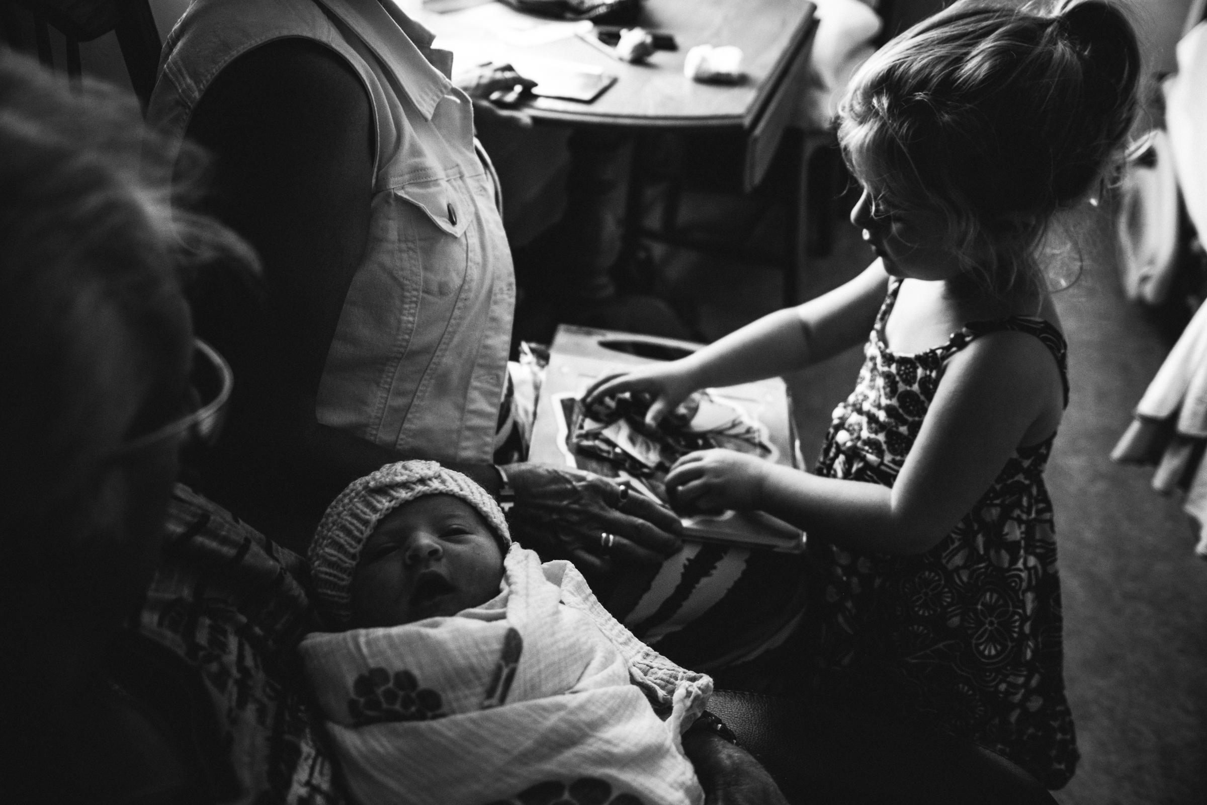 photo-de-nouveau-ne-a-l-hopital-fresh-48_photographie-noir-et-blanc-photographe-de-famille-lifestyle-enfant-montreal-37.jpg