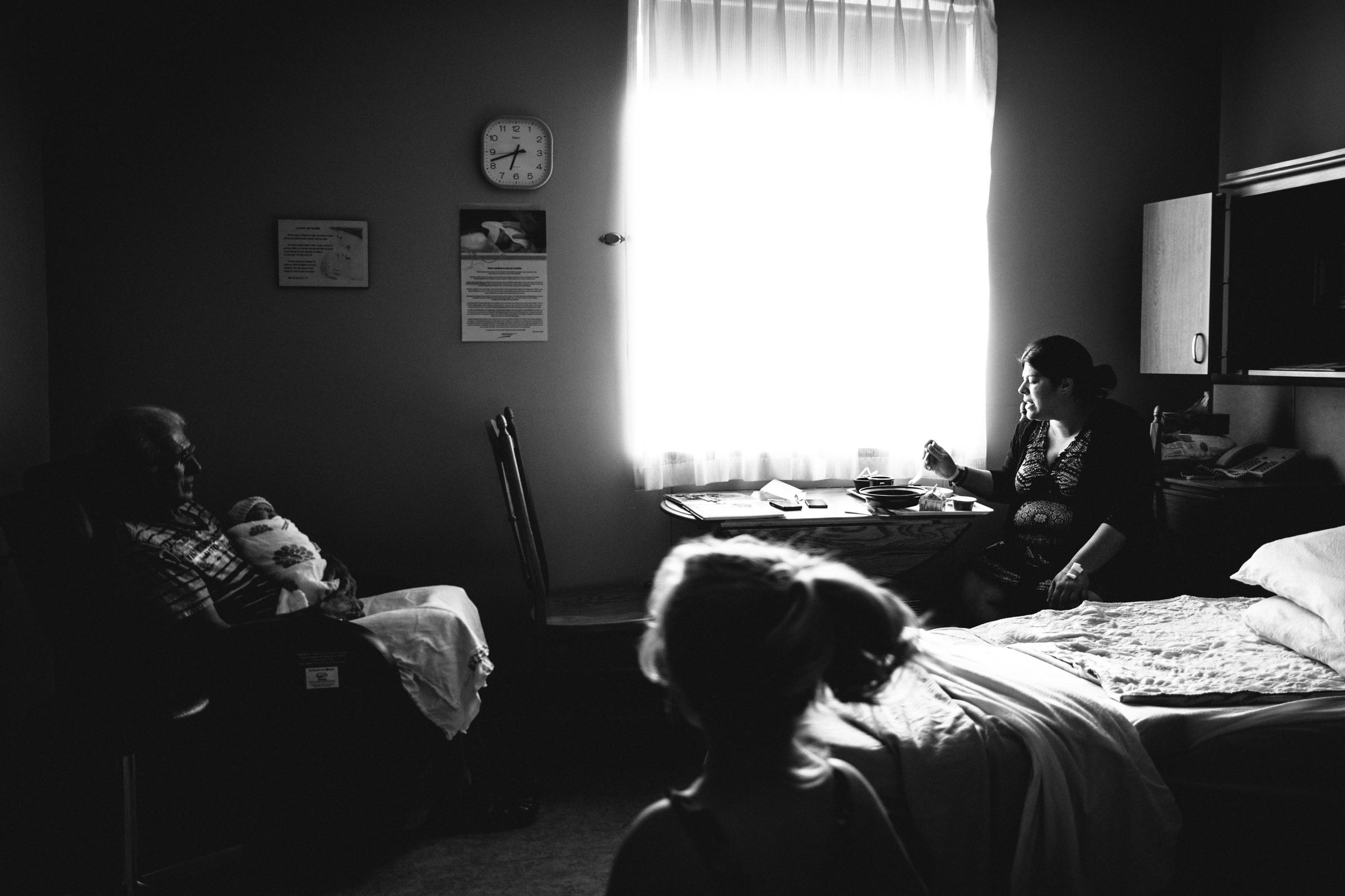 photo-de-nouveau-ne-a-l-hopital-fresh-48_photographie-noir-et-blanc-photographe-de-famille-lifestyle-enfant-montreal-41.jpg