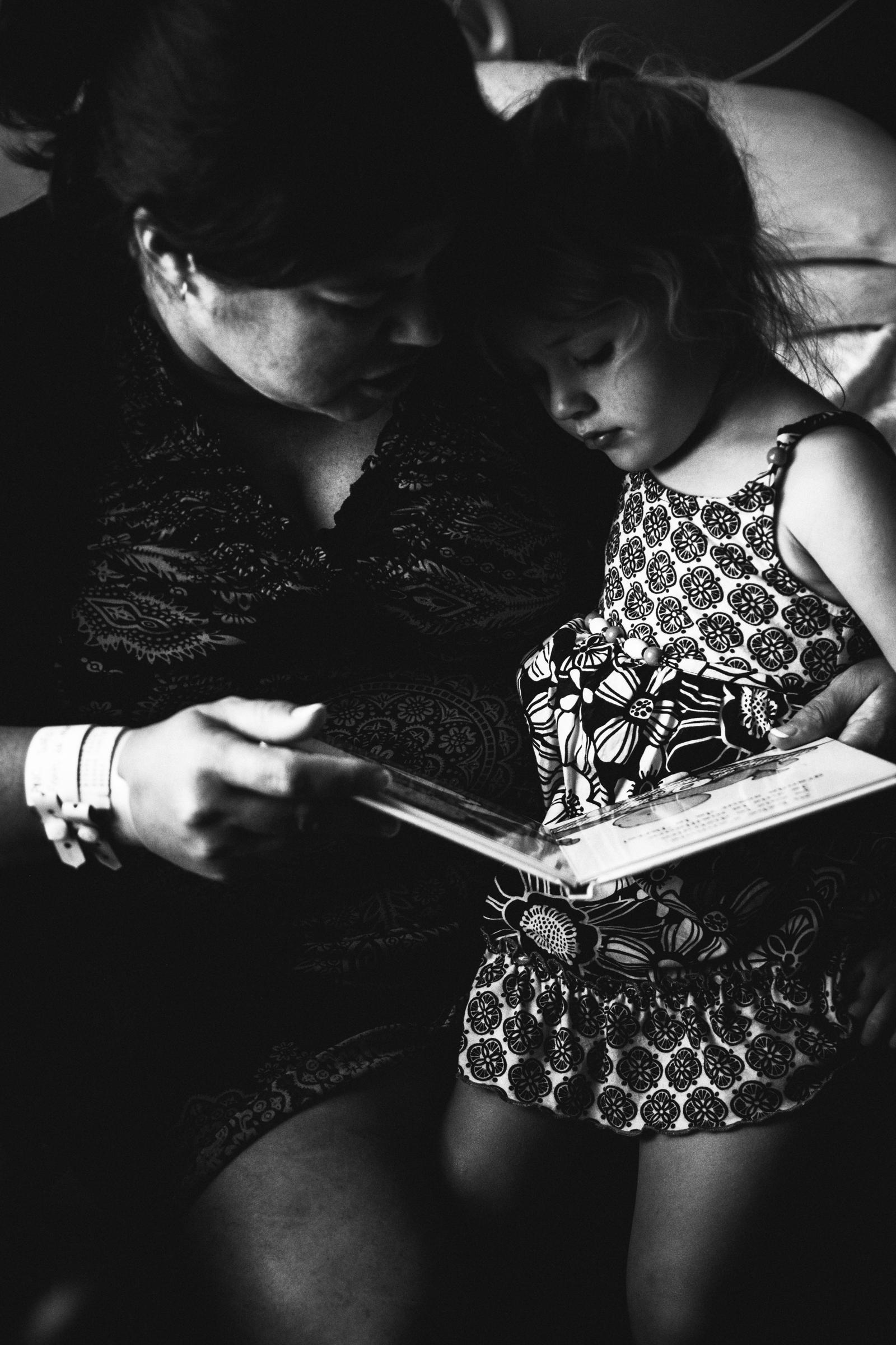 photo-de-nouveau-ne-a-l-hopital-fresh-48_photographie-noir-et-blanc-photographe-de-famille-lifestyle-enfant-montreal-43.jpg