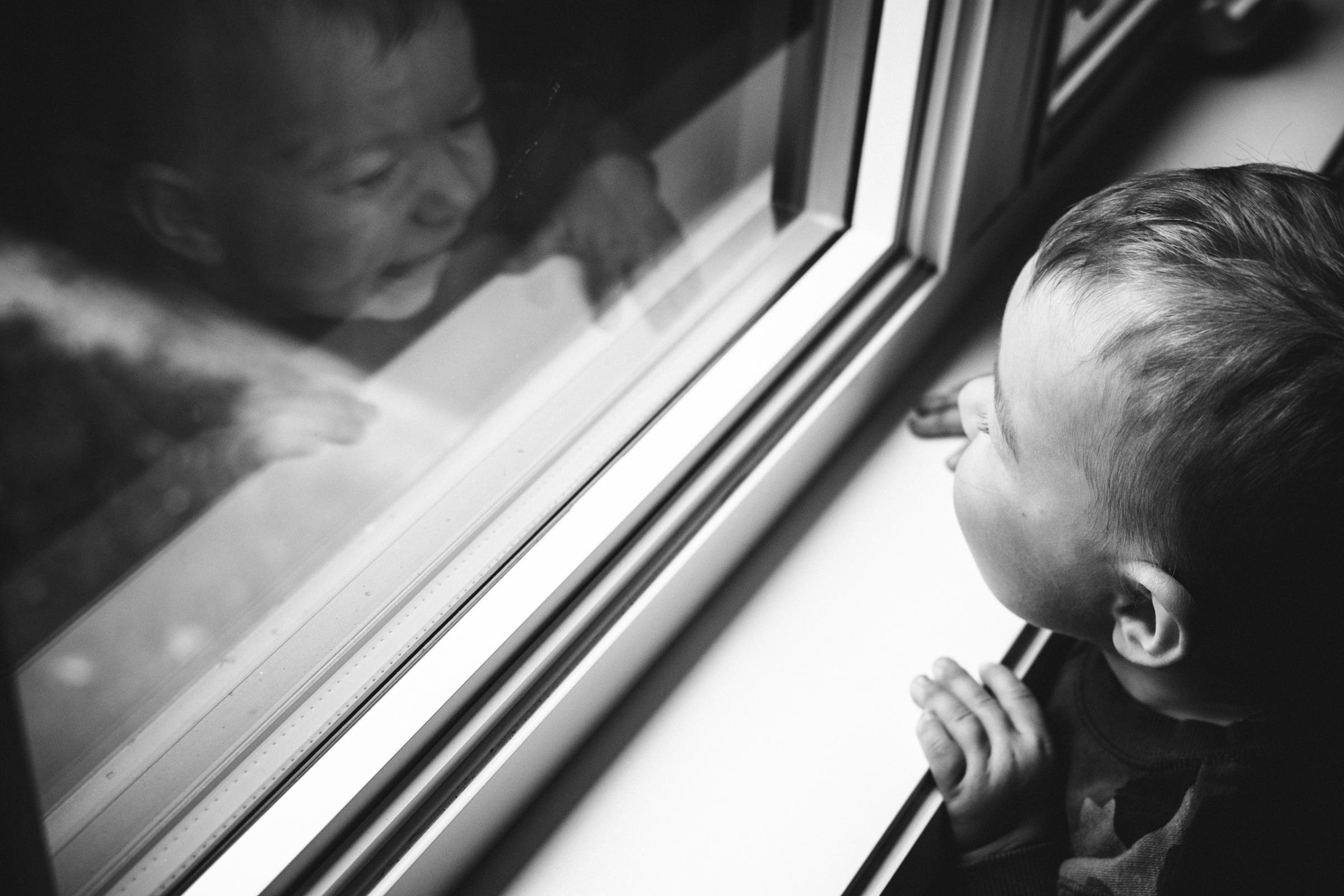 photo-enfant-regardant-par-fenetre-photographe-de-famille-a-domicile-montreal-victoriaville-enfant-lifestyle-34.jpg