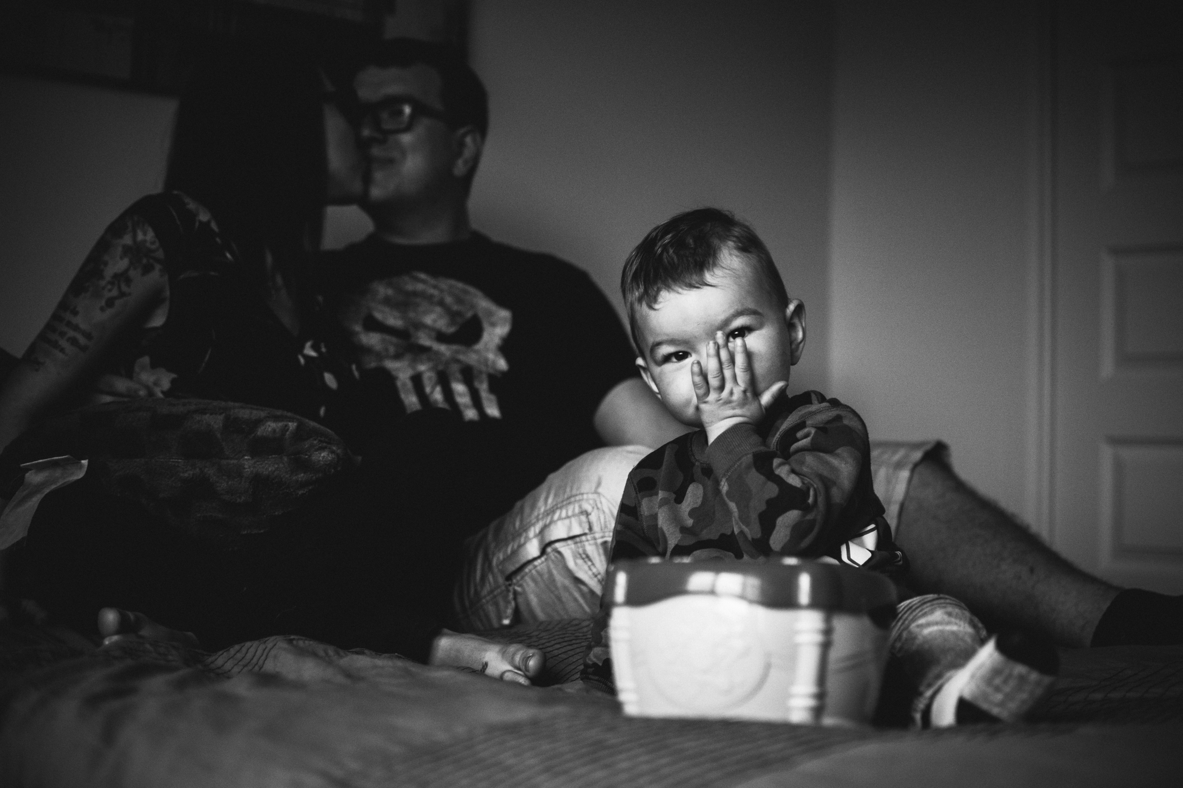 photo-noir-et-blanc-enfant-bisou-photographe-de-famille-a-domicile-montreal-victoriaville-enfant-lifestyle-40.jpg
