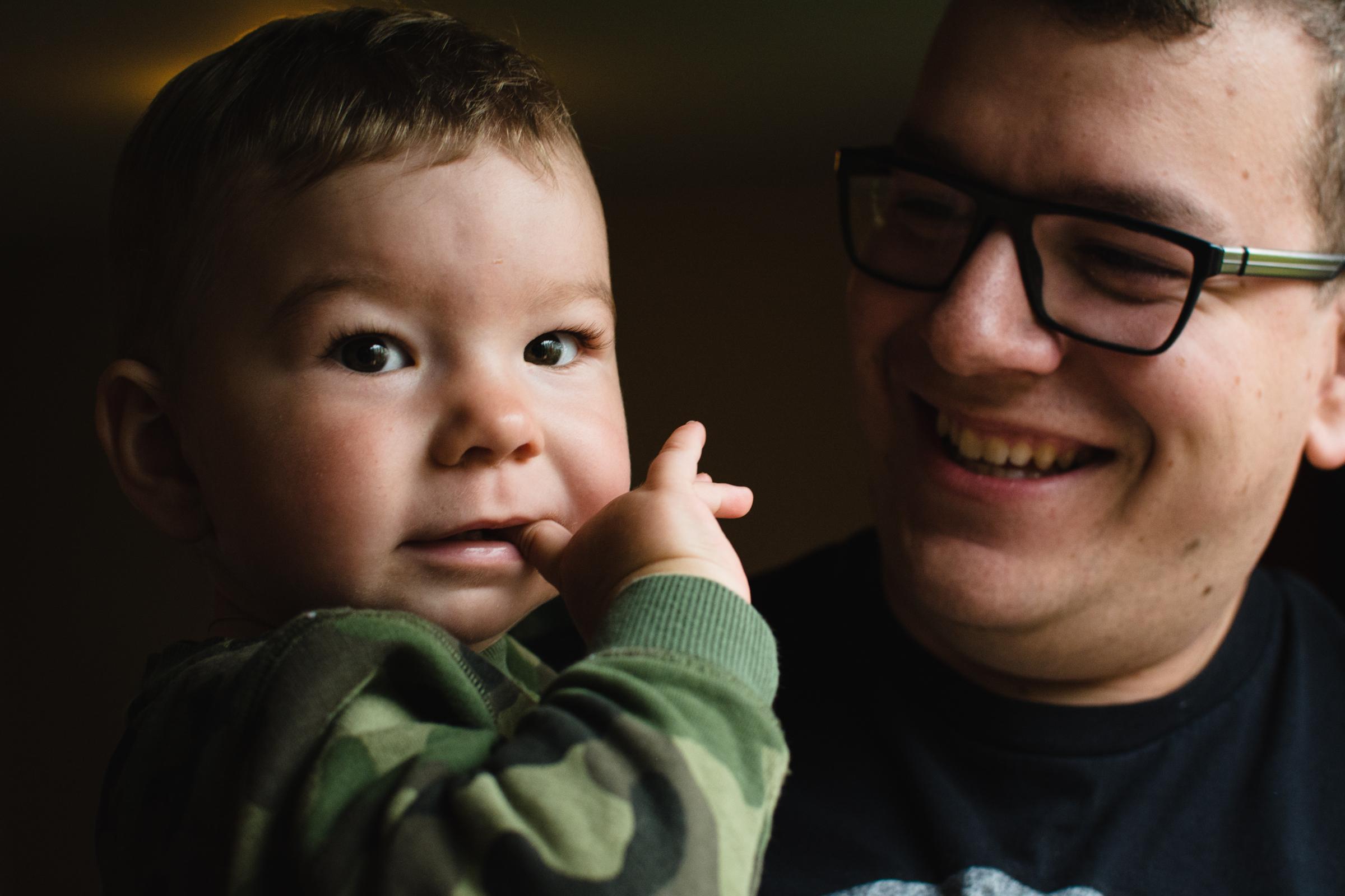 photo-d-un-pere-et-son-fils-photographe-de-famille-a-domicile-montreal-victoriaville-enfant-lifestyle-32.jpg