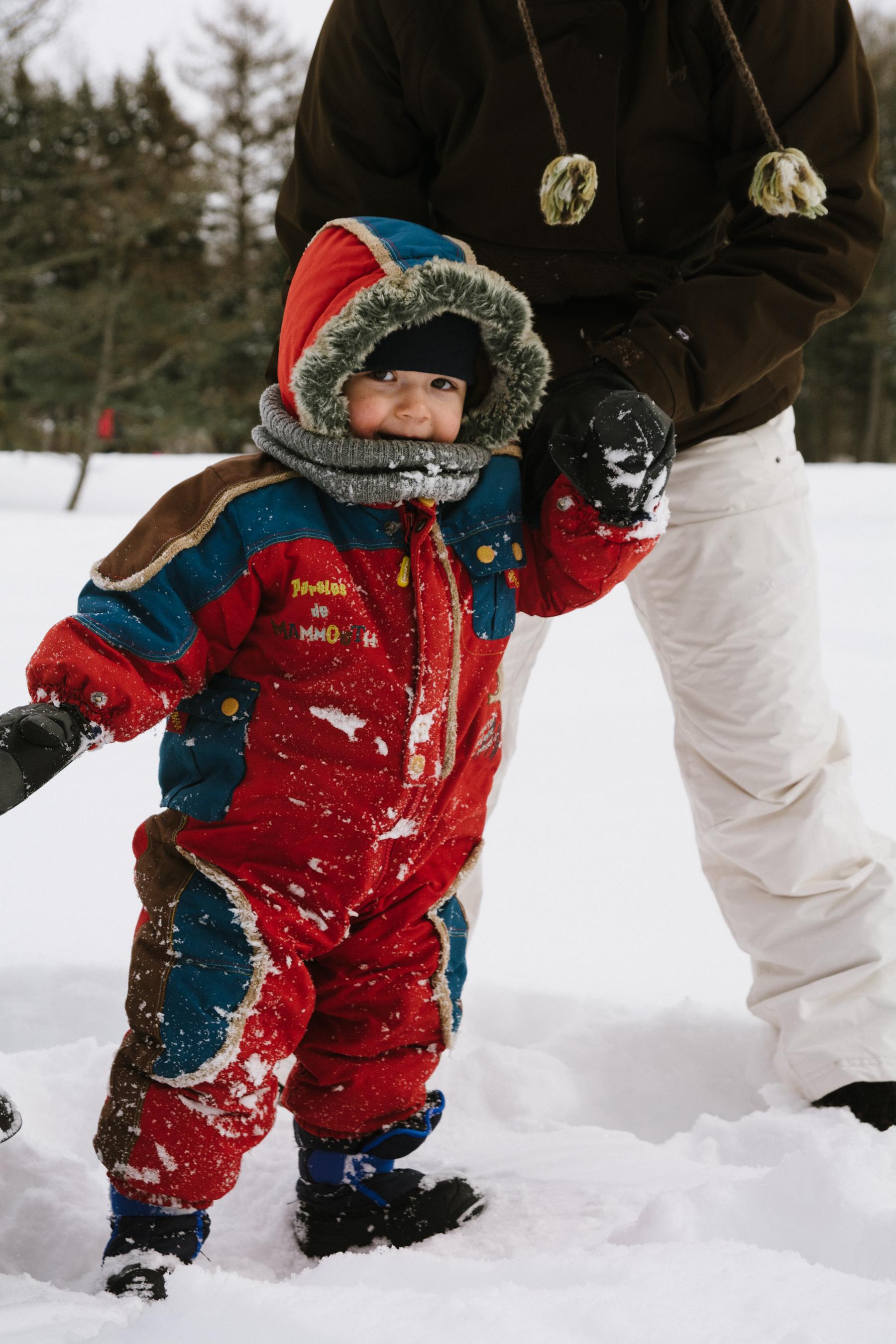 photo-d-un-enfant-en-habit-de-neige-debout-dans-la-neige-l-hiver-a-montreal-photographe-enfant-famille-montreal.jpg