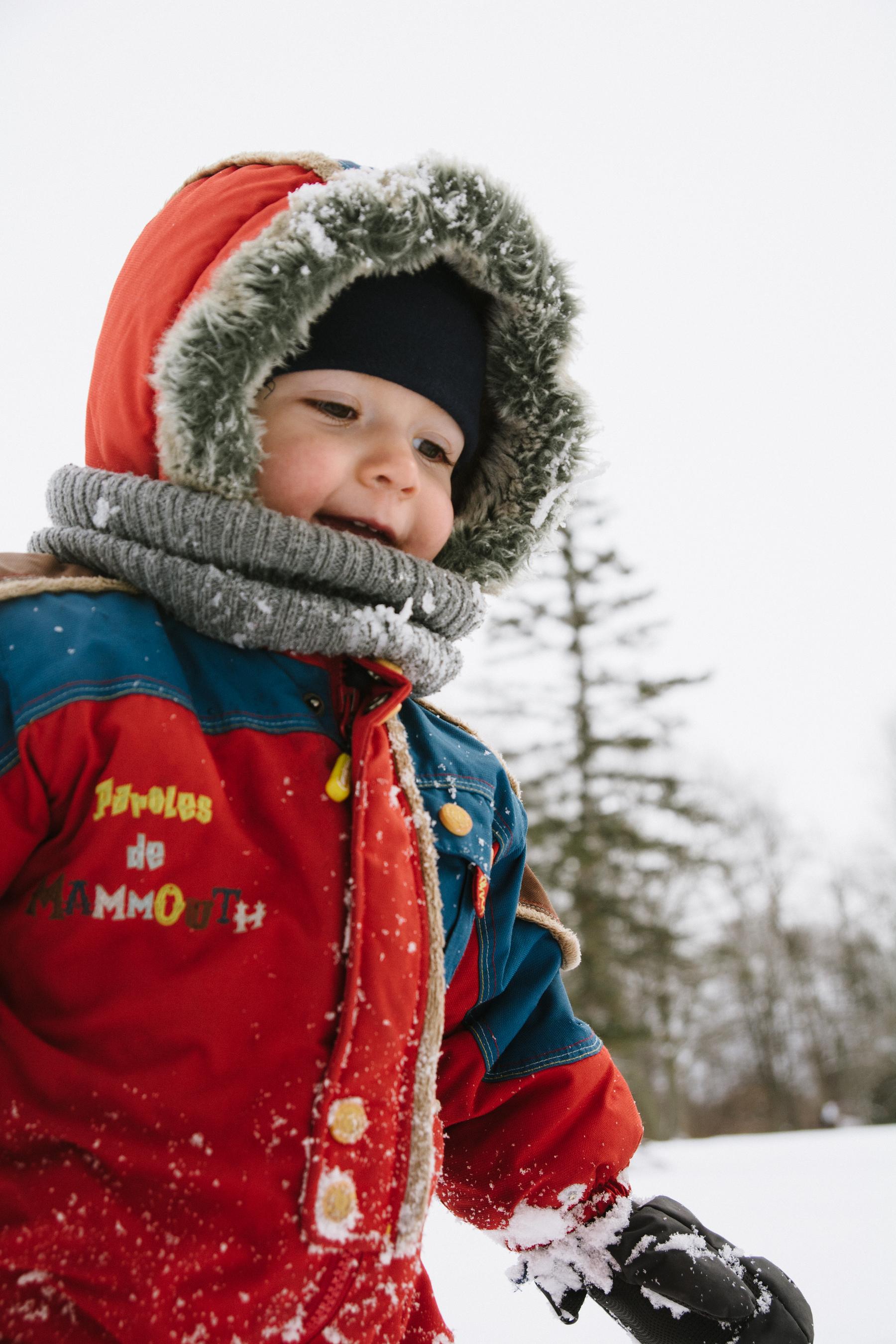 photo-d-un-enfant-en-habit-de-neige-l-hiver-a-montreal-photographe-enfant-famille-montreal.jpg