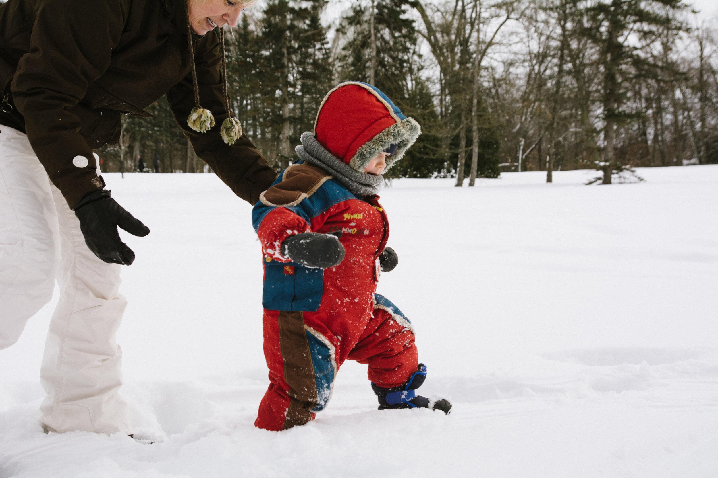 photo-d-un-enfant-en-habit-de-neige-qui-marche-dans-la-neige-l-hiver-a-montreal-photographe-enfant-famille-montreal.jpg