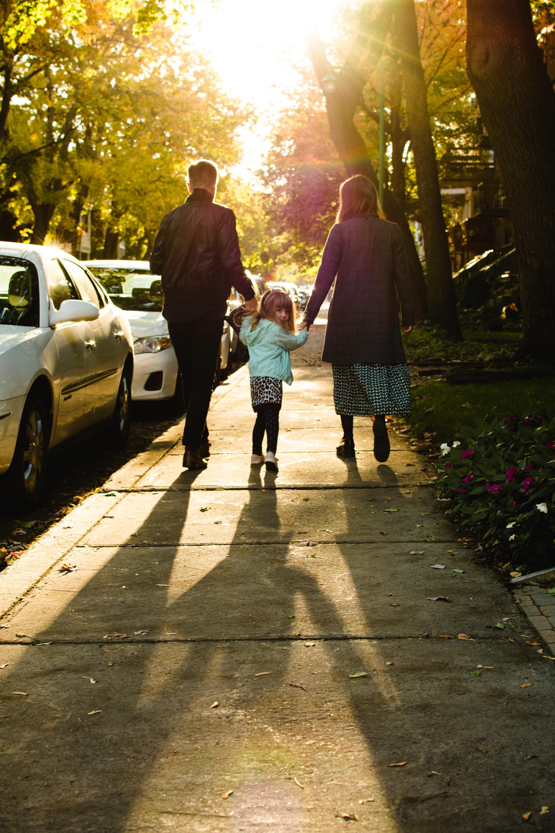 photo-d-une-famille-montrealaise-heureuse-en-atuomne-a-outremont-photographe-enfant-montreal-1.jpg