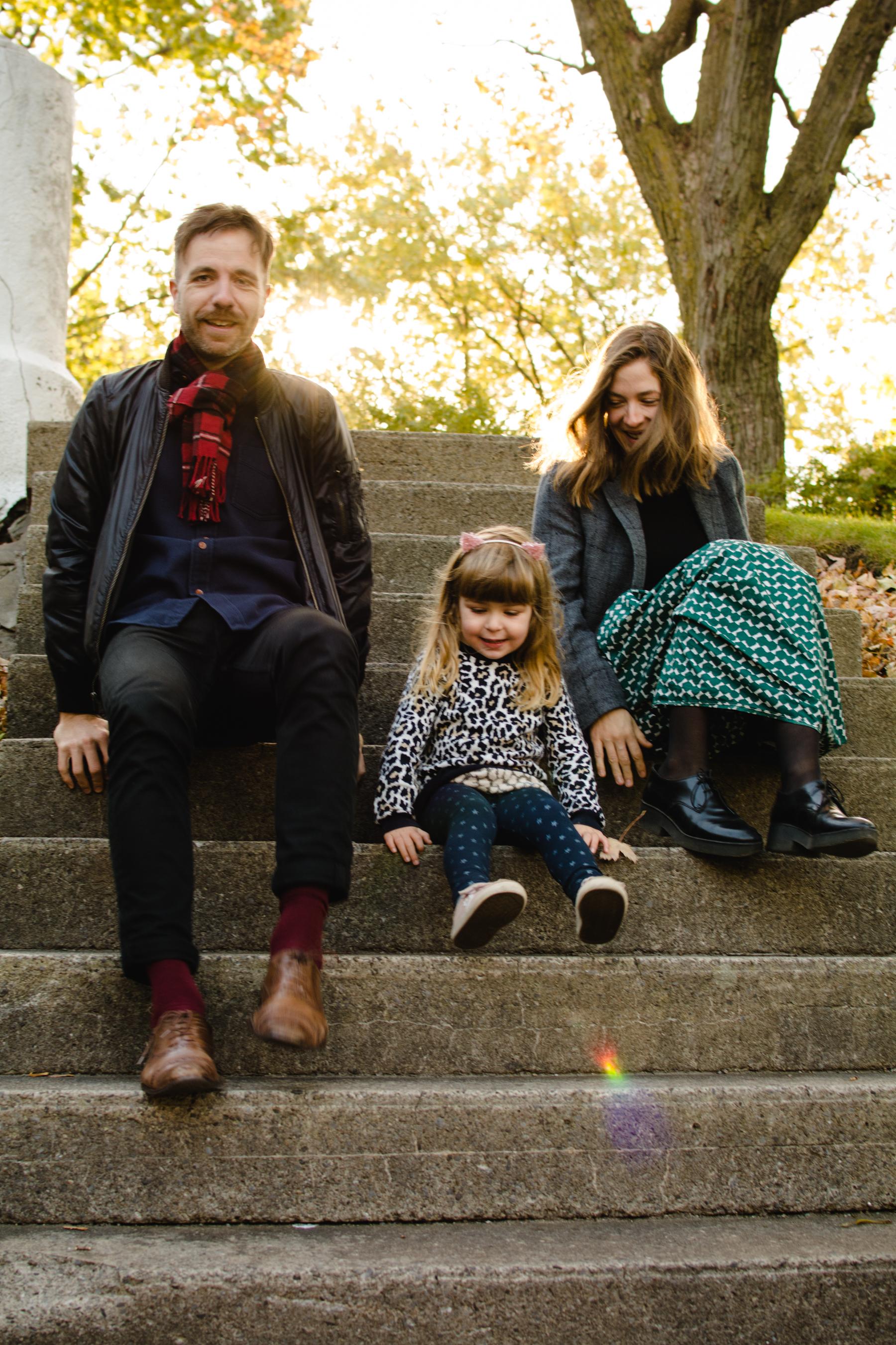 photo-d-une-famille-montrealaise-heureuse-en-atuomne-a-outremont-photographe-enfant-montreal-4.jpg