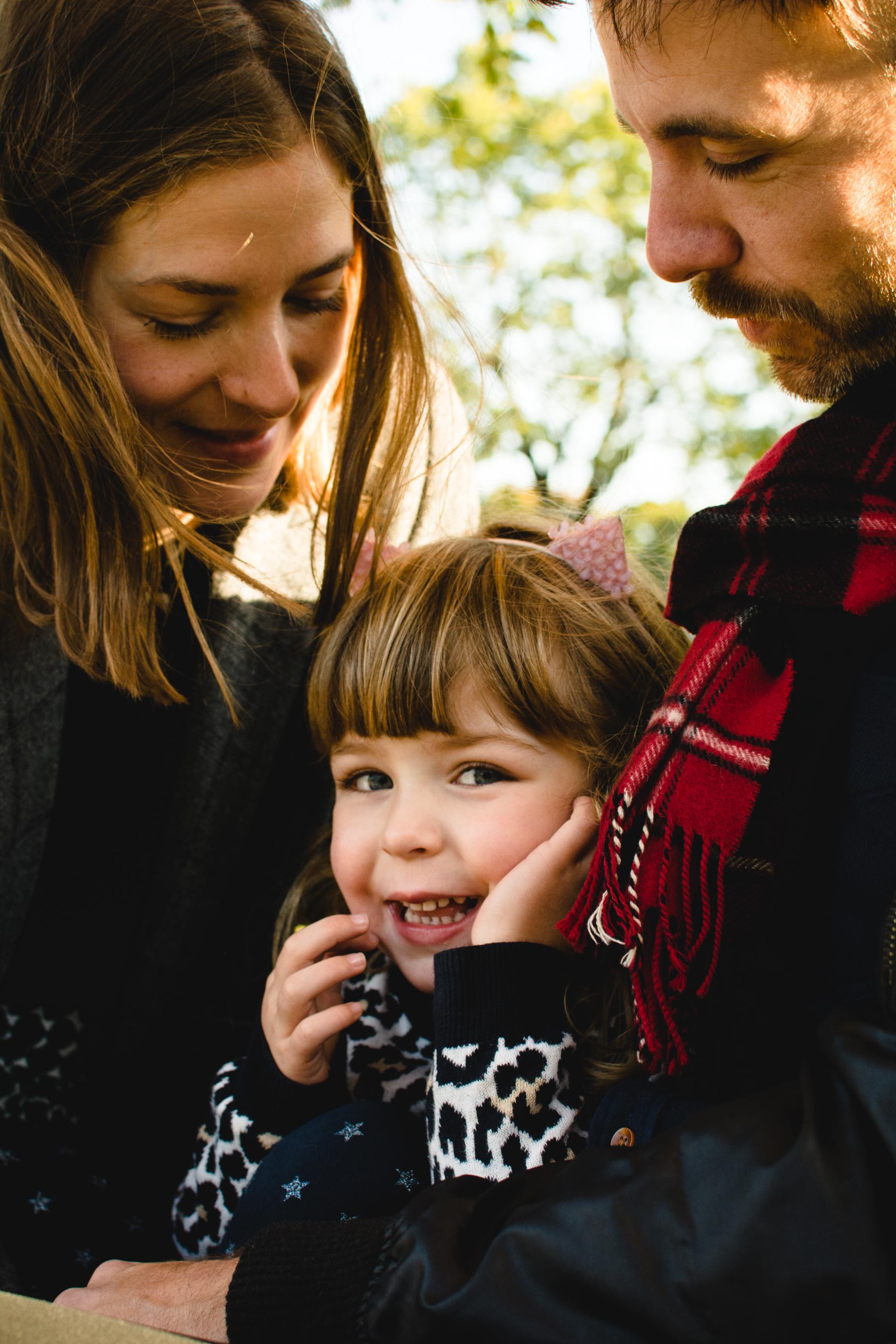 photo-d-une-famille-montrealaise-heureuse-en-atuomne-a-outremont-photographe-enfant-montreal-10.jpg