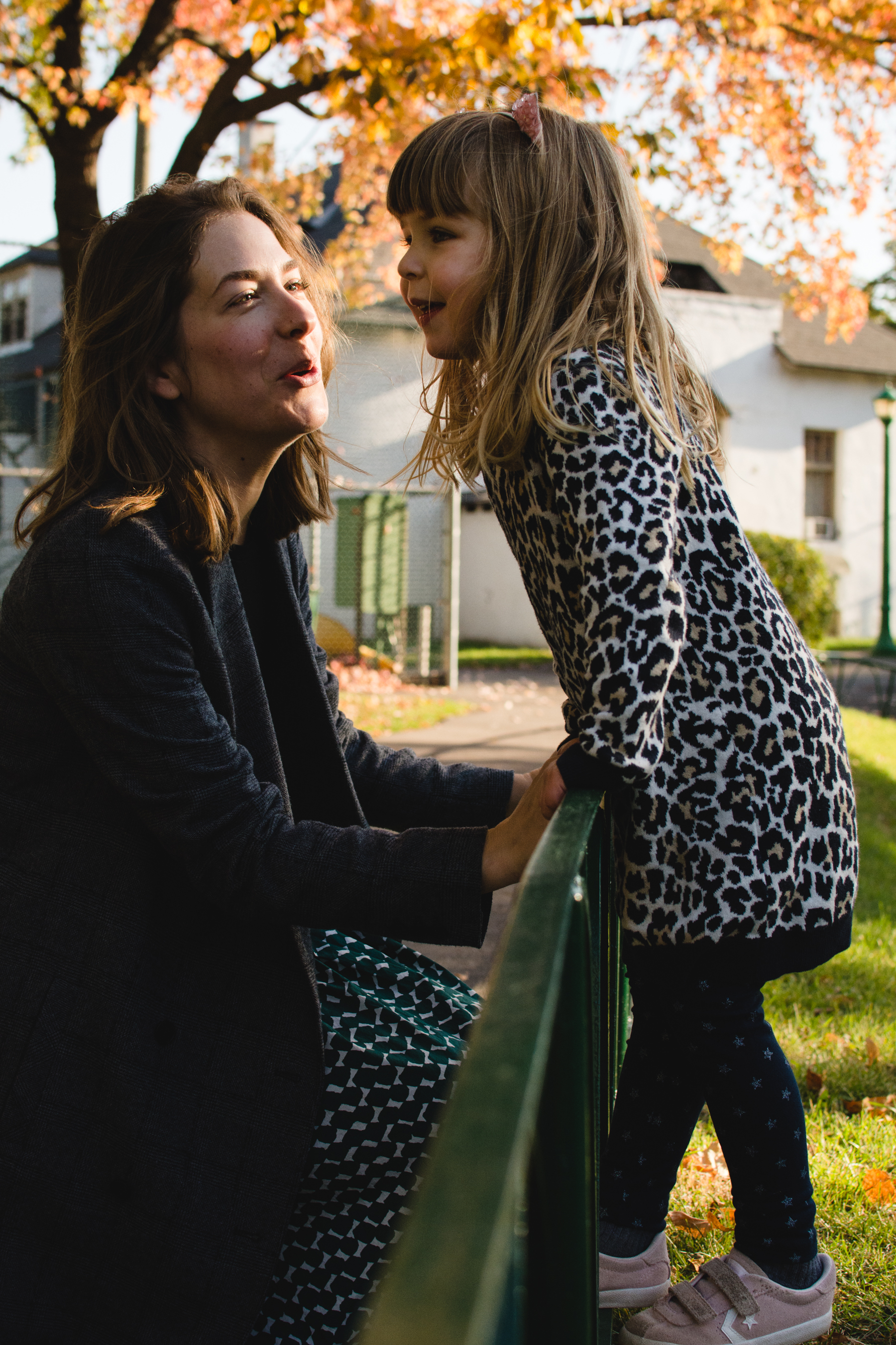 photo-d-une-famille-montrealaise-heureuse-en-atuomne-a-outremont-photographe-enfant-montreal-18.jpg