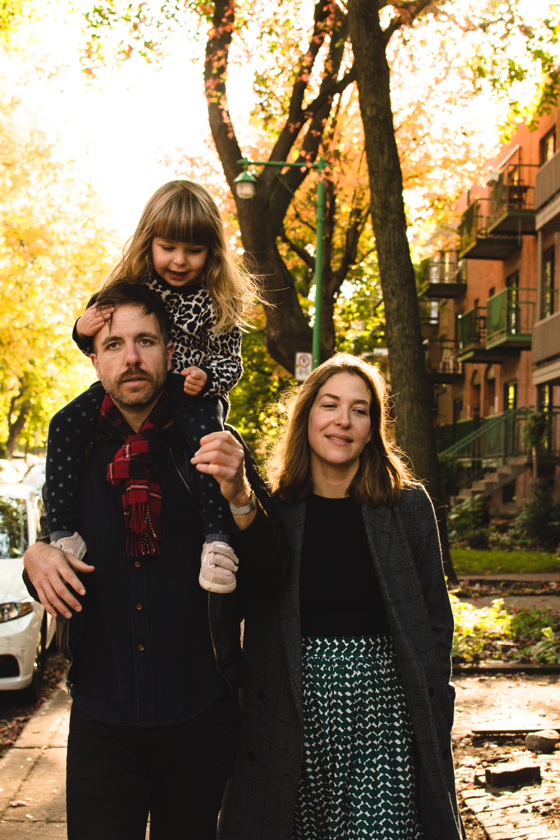 photo-d-une-famille-montrealaise-heureuse-en-atuomne-a-outremont-photographe-enfant-montreal-23.jpg