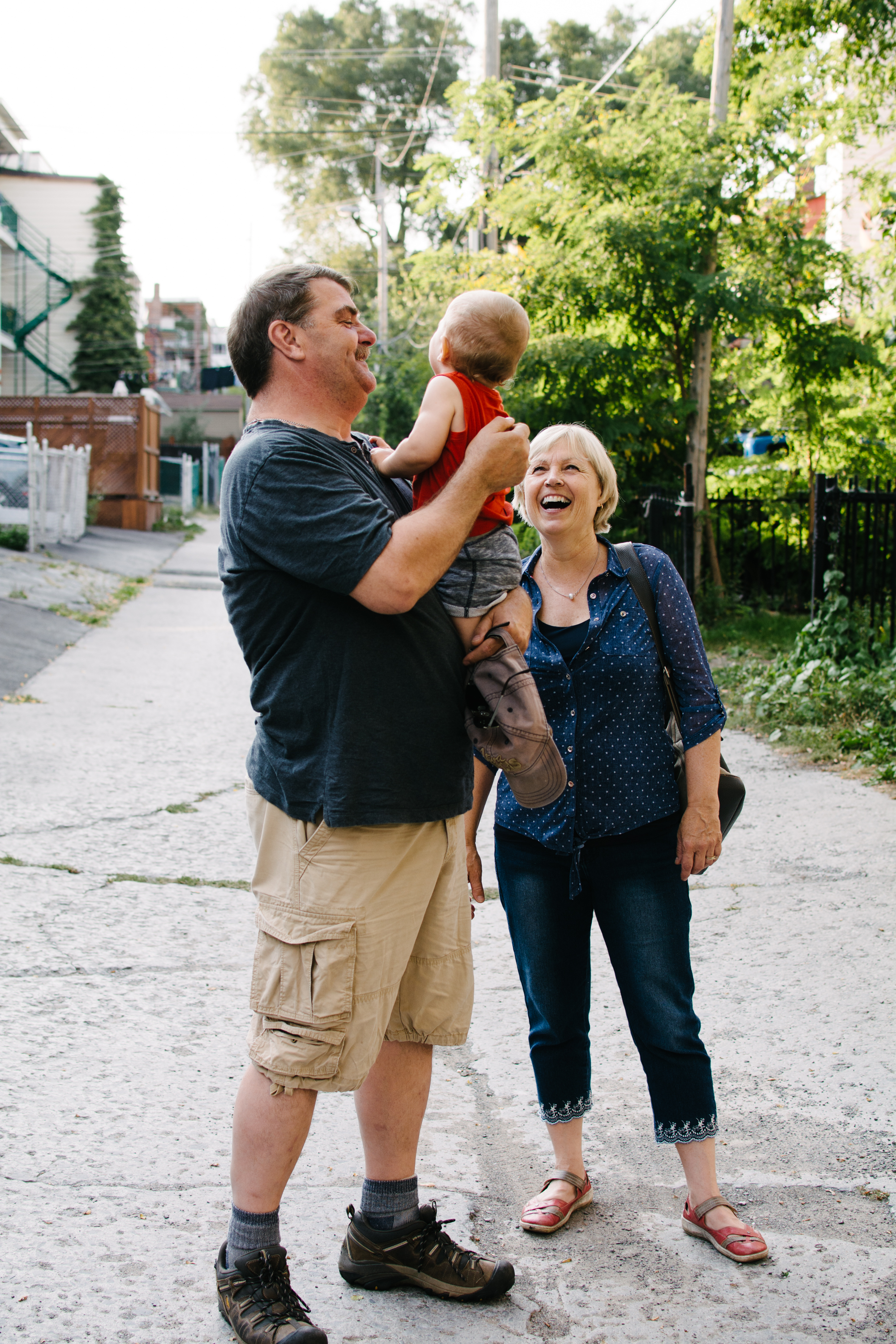 Mini-seance-photo-enfant-avec-ses-grands-parents-ruelle-parc-montreal-photographe-famille-2.jpg