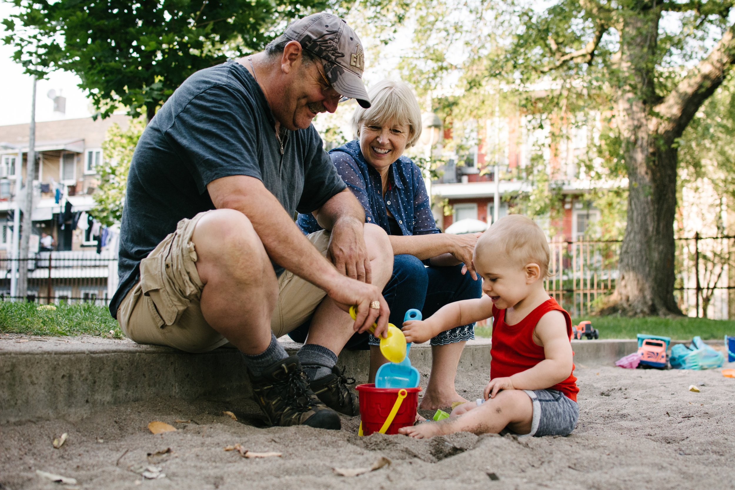 Mini-seance-photo-enfant-avec-ses-grands-parents-ruelle-parc-montreal-photographe-famille-10.jpg