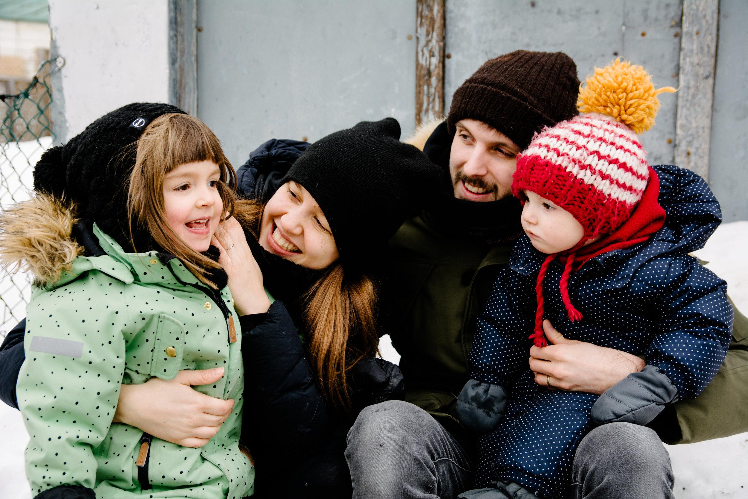 hiver_photo-dune-gamine-qui-sourit-a-pleine-dents-photographe-famille-lifestyle-montreal-5.jpg