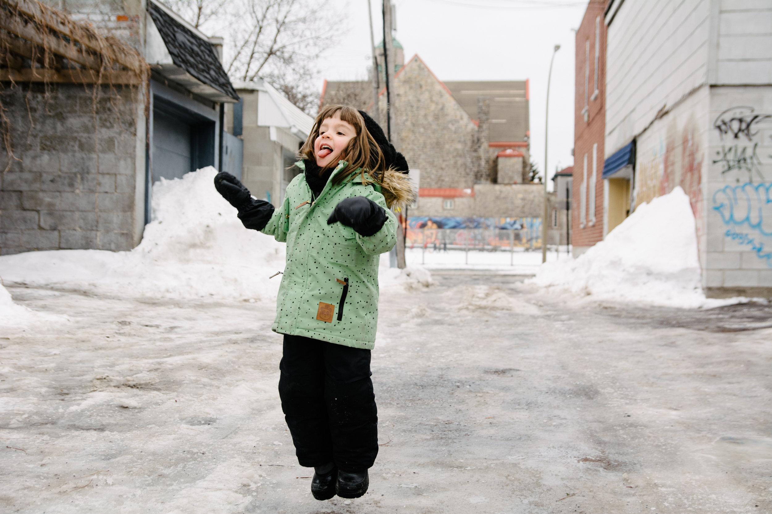 hiver_photo-dune-gamine-qui-sourit-a-pleine-dents-photographe-famille-lifestyle-montreal-4.jpg