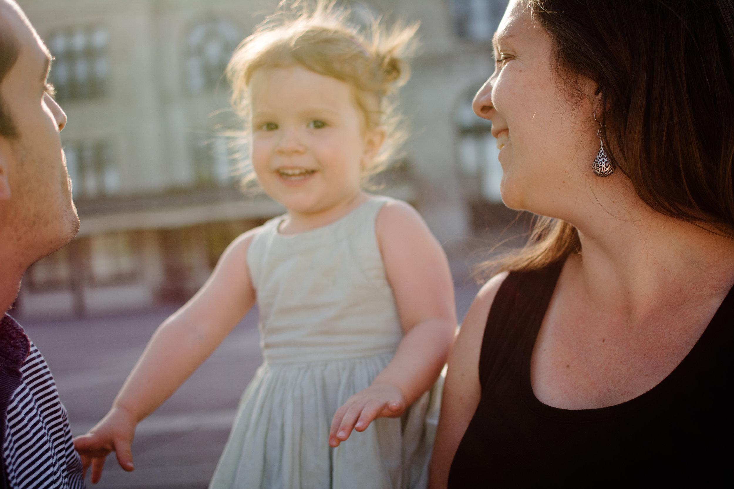 golden-hour-photo-d-une-fillette-floue-et-ses-parents-devant-marche-maisonneuve-photographe-famille-lifestyle-montreal-victoriaville.jpg