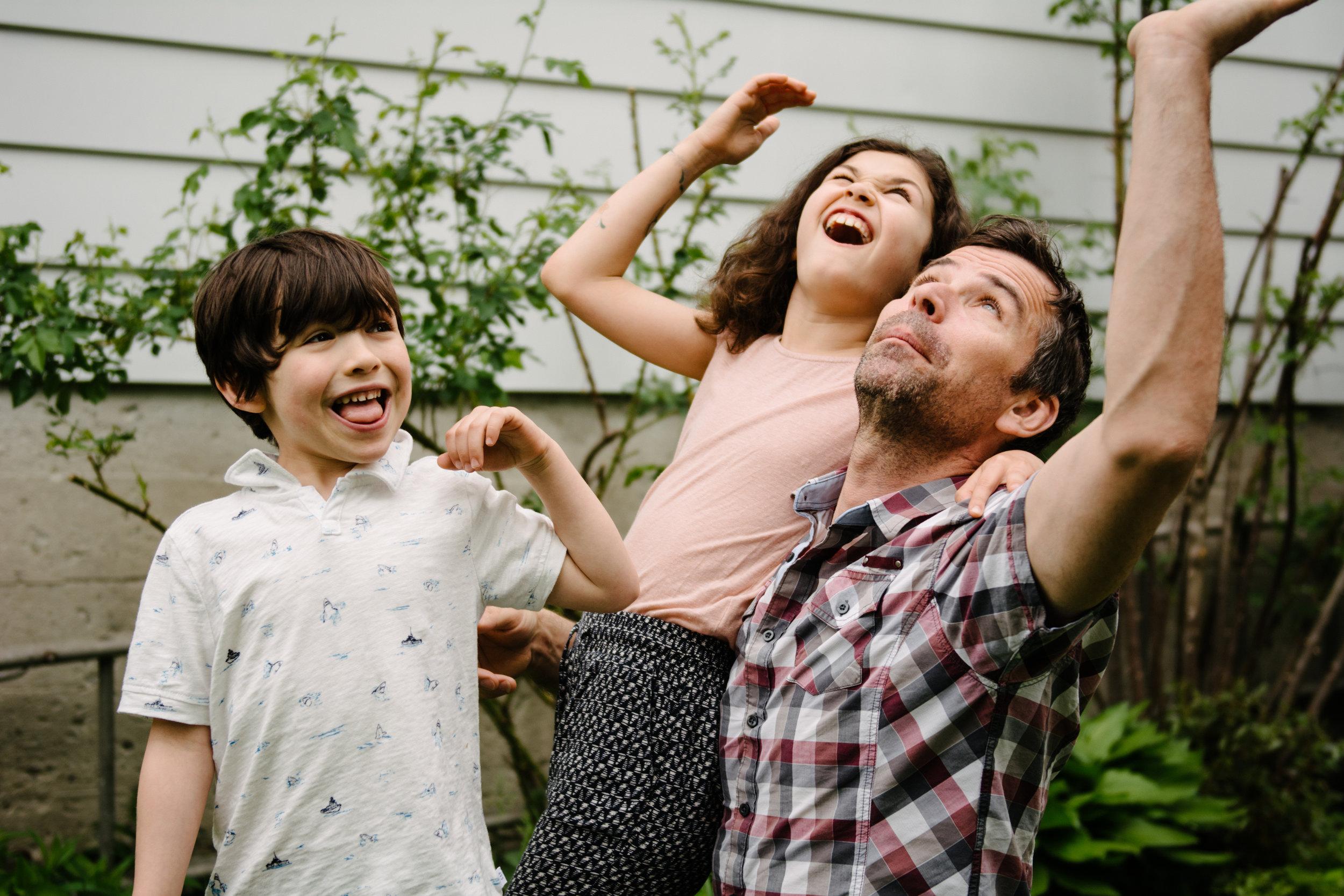photo-de-famille-mini-seance-dans-une-ruelle-de-lasalle-photographe-lifestyle-montreal-32.jpg