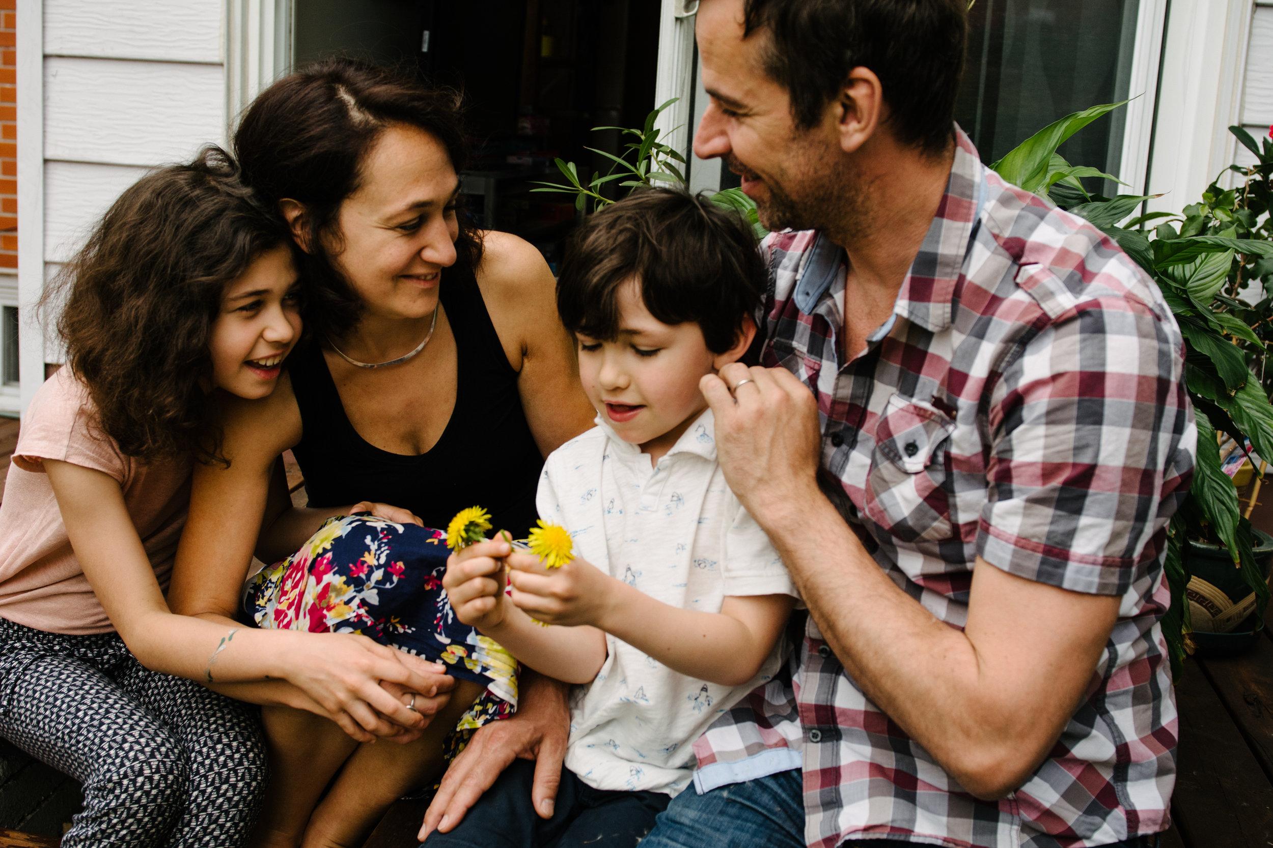photo-de-famille-mini-seance-dans-une-ruelle-de-lasalle-photographe-lifestyle-montreal-52.jpg