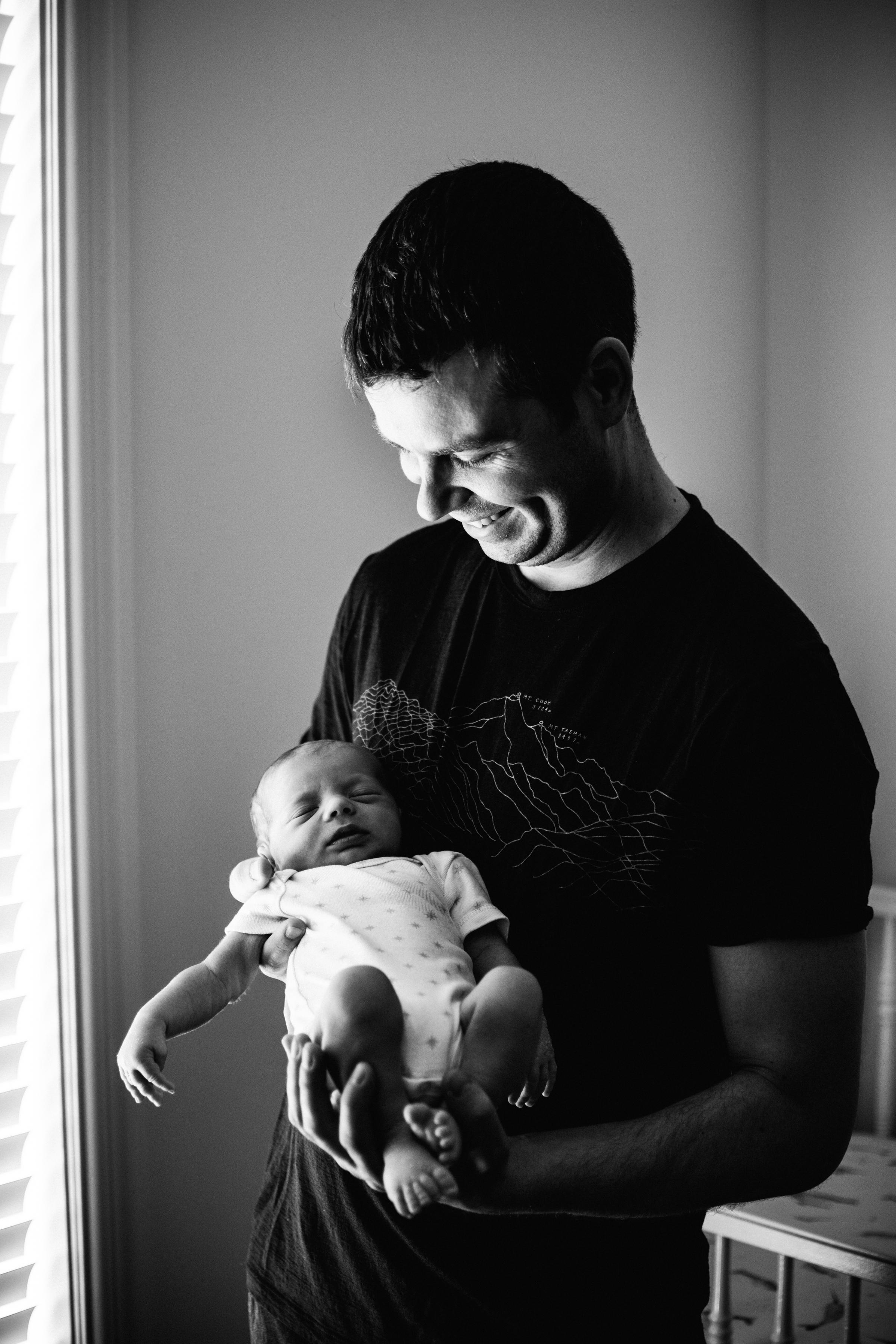 photo-d-un-papa-tenant-son-nouveau-ne-endormi_photographe-lifestyle-famille-montreal-5.jpg
