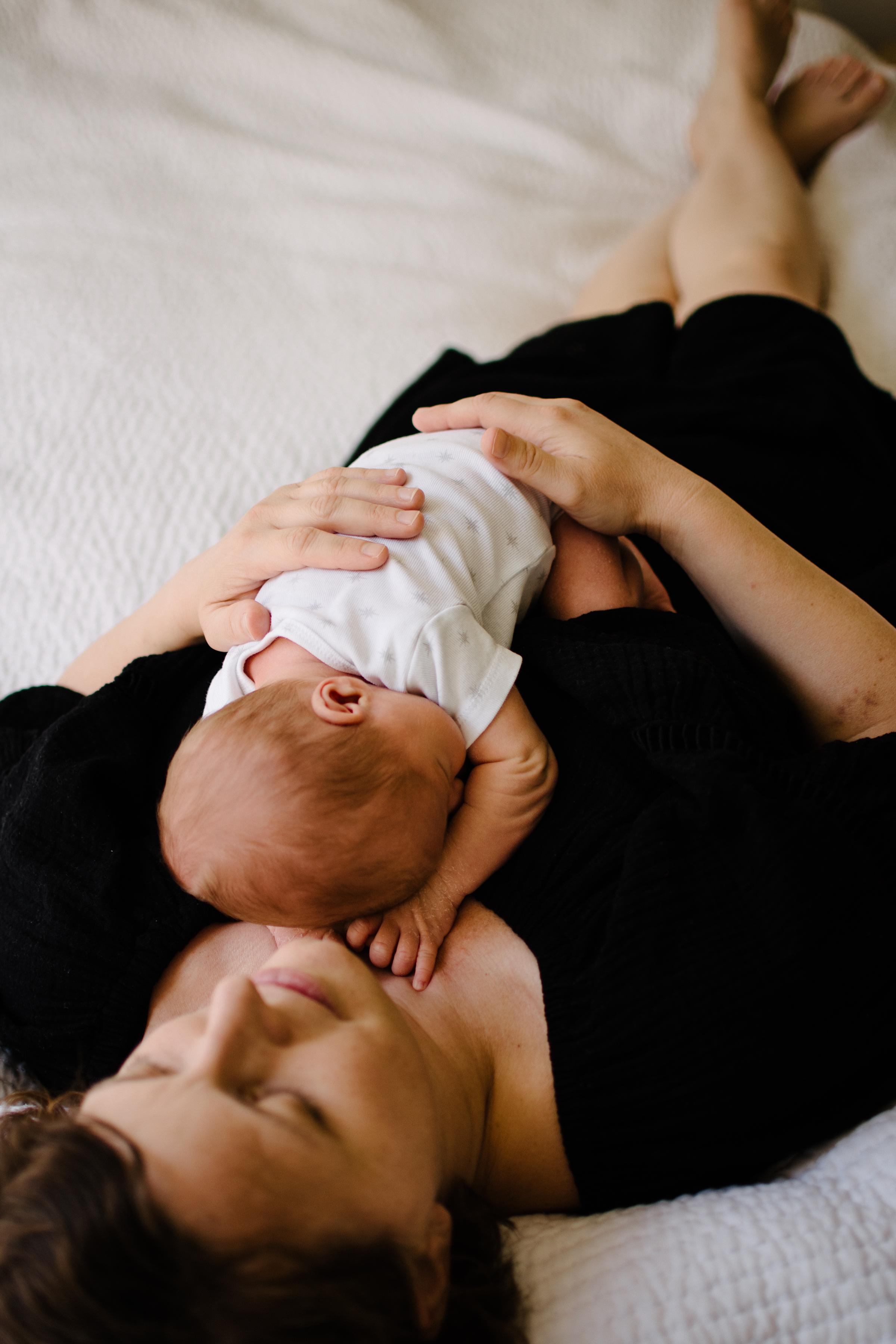 photo-d-un-nouveau-ne-endormi_avec-sa-maman_photographe-lifestyle-famille-montreal-5.jpg