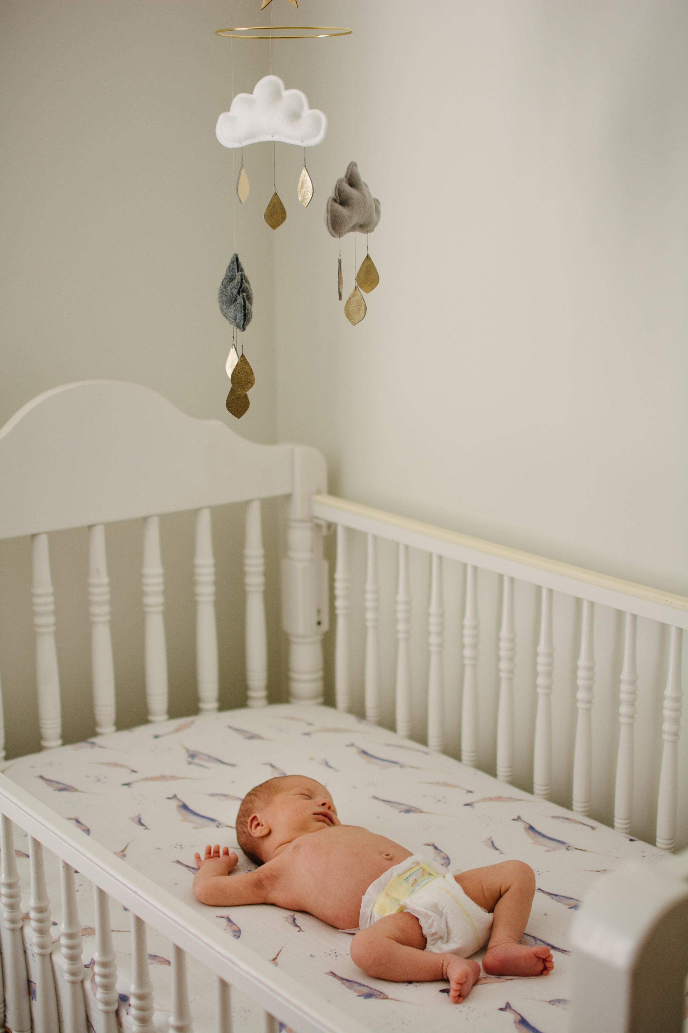 photo-d-un-nouveau-ne-endormi-dans-sa-bassinette_photographe-lifestyle-famille-montreal.jpg