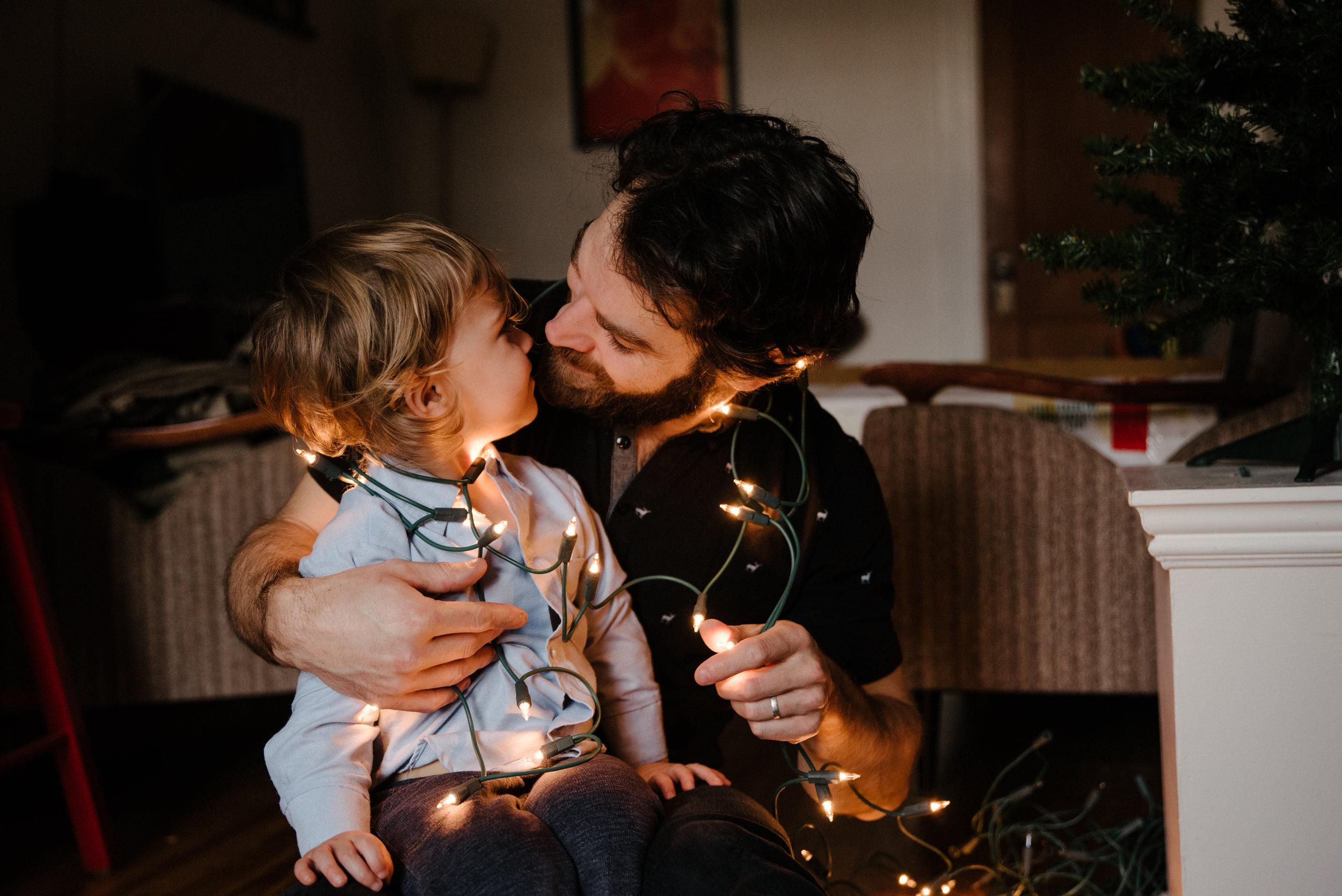 008-photo-d-un-enfant-et-son-pere-enroules-dans-les-lumieres-de-noel-photographe-lifestyle-famille-a-montreal-1194.jpg