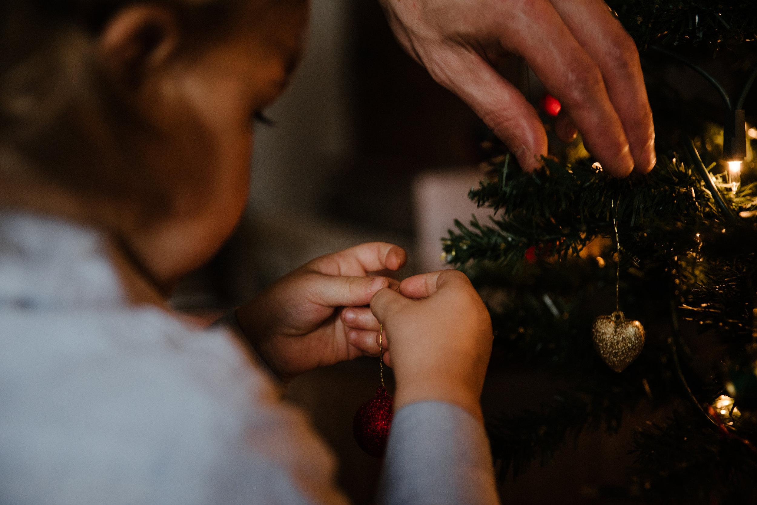 008-photo-d-un-enfant-qui-met-une-boule-de-noel-dans-un-sapin-photographe-lifestyle-famille-a-montreal-1218.jpg