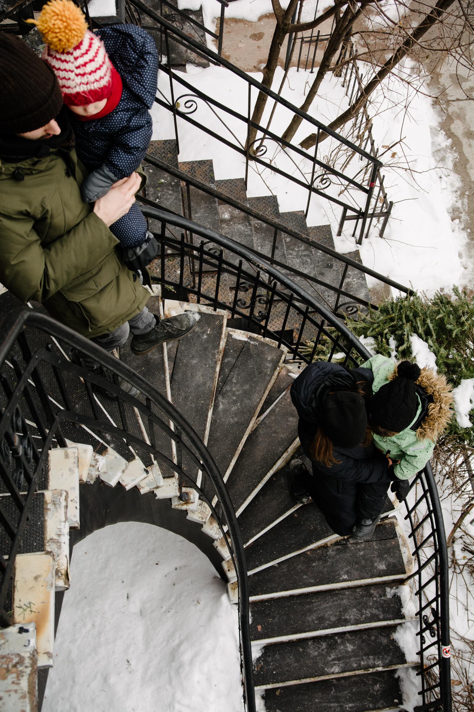 photo-dune-famille-qui-descend-un-escalier-en-colimacon-montrealais-l-hiver-photographe-famille-lifestyle-a-montreal-127.jpg