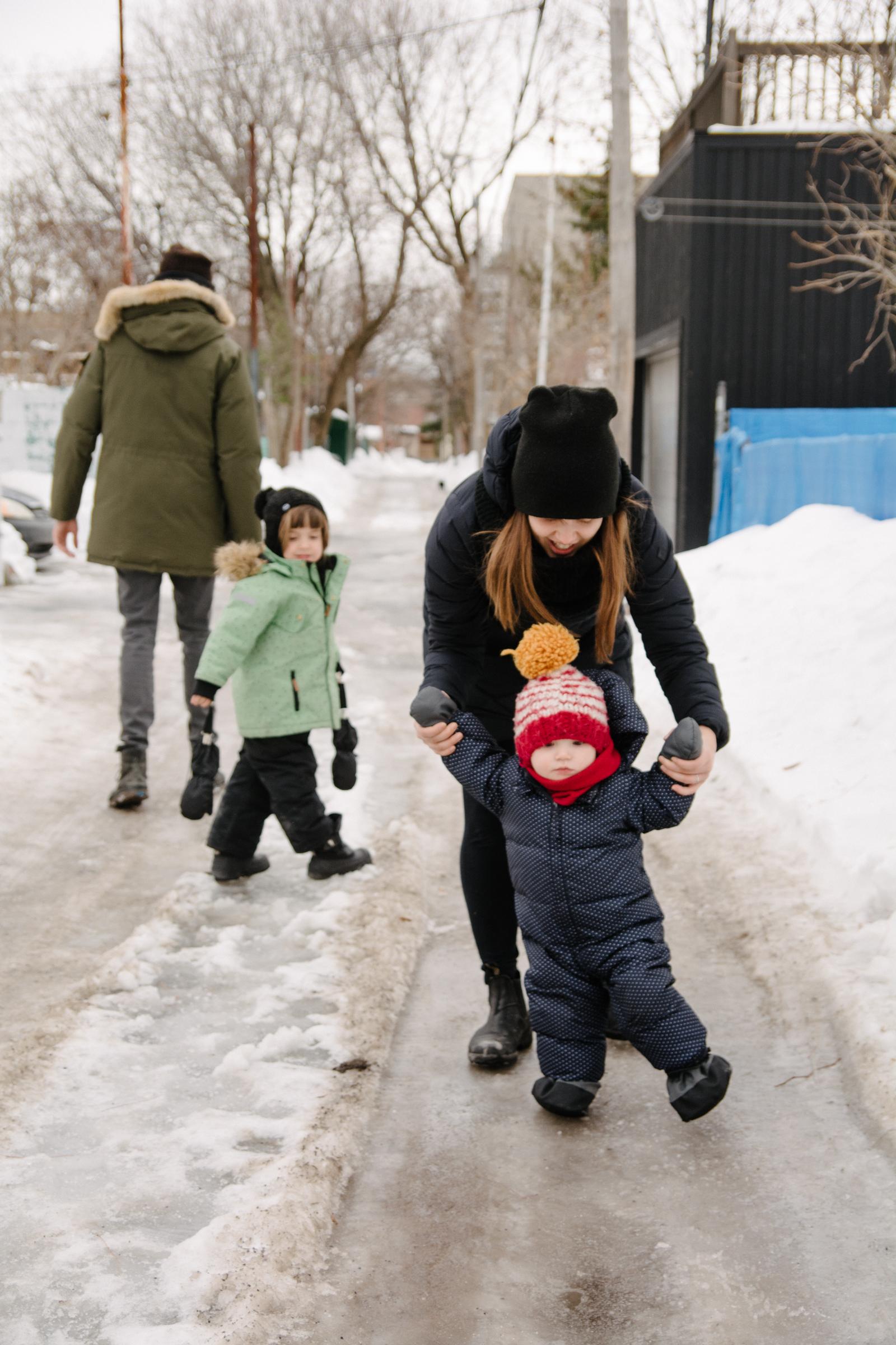photo-dune-famille-montrealaise-dans-une-ruelle-de-rosemont-l-hiver-photographe-famille-lifestyle-a-montreal-140.jpg