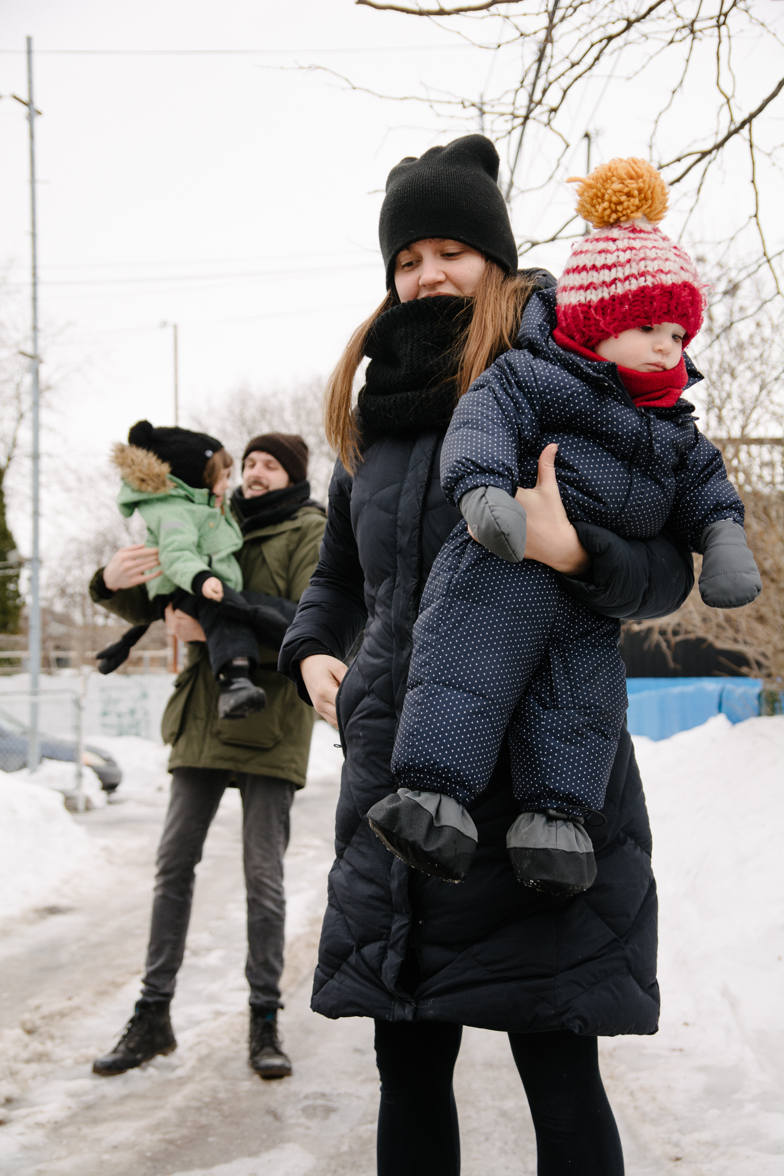 photo-dune-famille-montrealaise-dans-une-ruelle-de-rosemont-l-hiver-photographe-famille-lifestyle-a-montreal-145.jpg