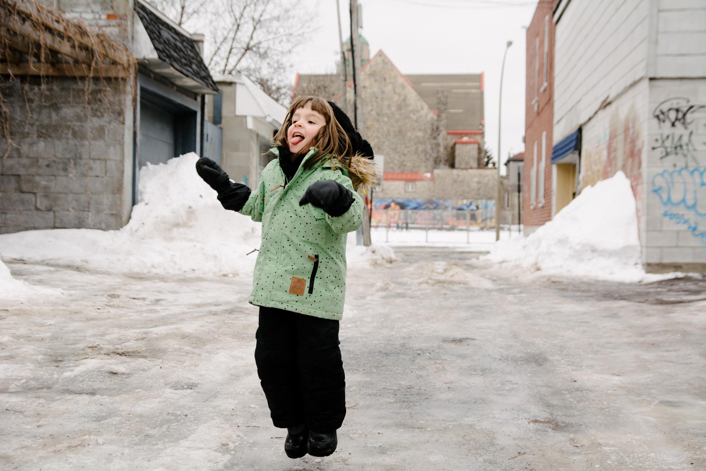 photo-d-un-enfant-qui-saute-sur-la-glace-dans-une-ruelle-de-rosemont-l-hiver-photographe-famille-lifestyle-a-montreal-199.jpg