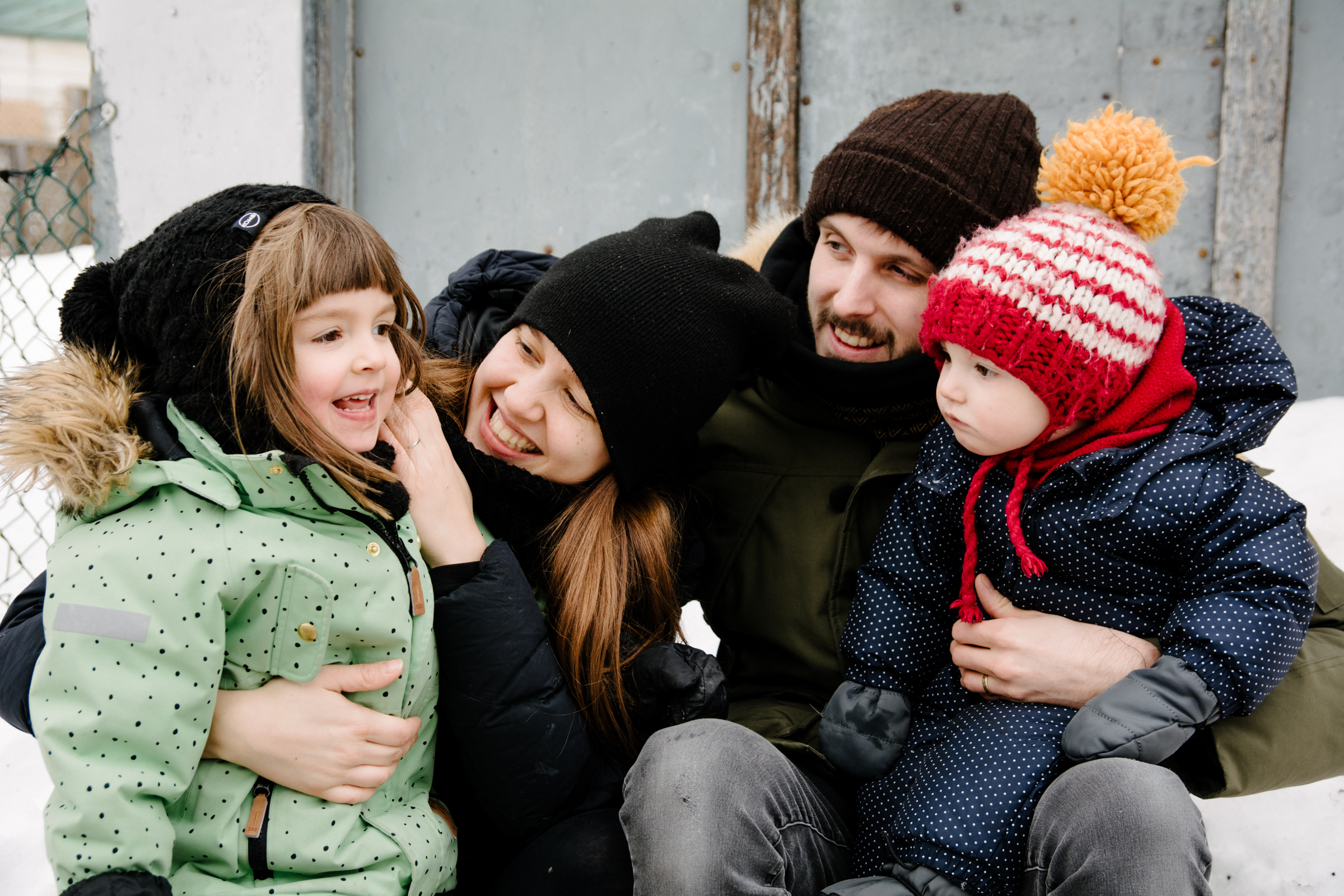 photo-de-famille-heureuse-dans-une-ruelle-de-rosemont-l-hiver-photographe-famille-lifestyle-a-montreal-201.jpg