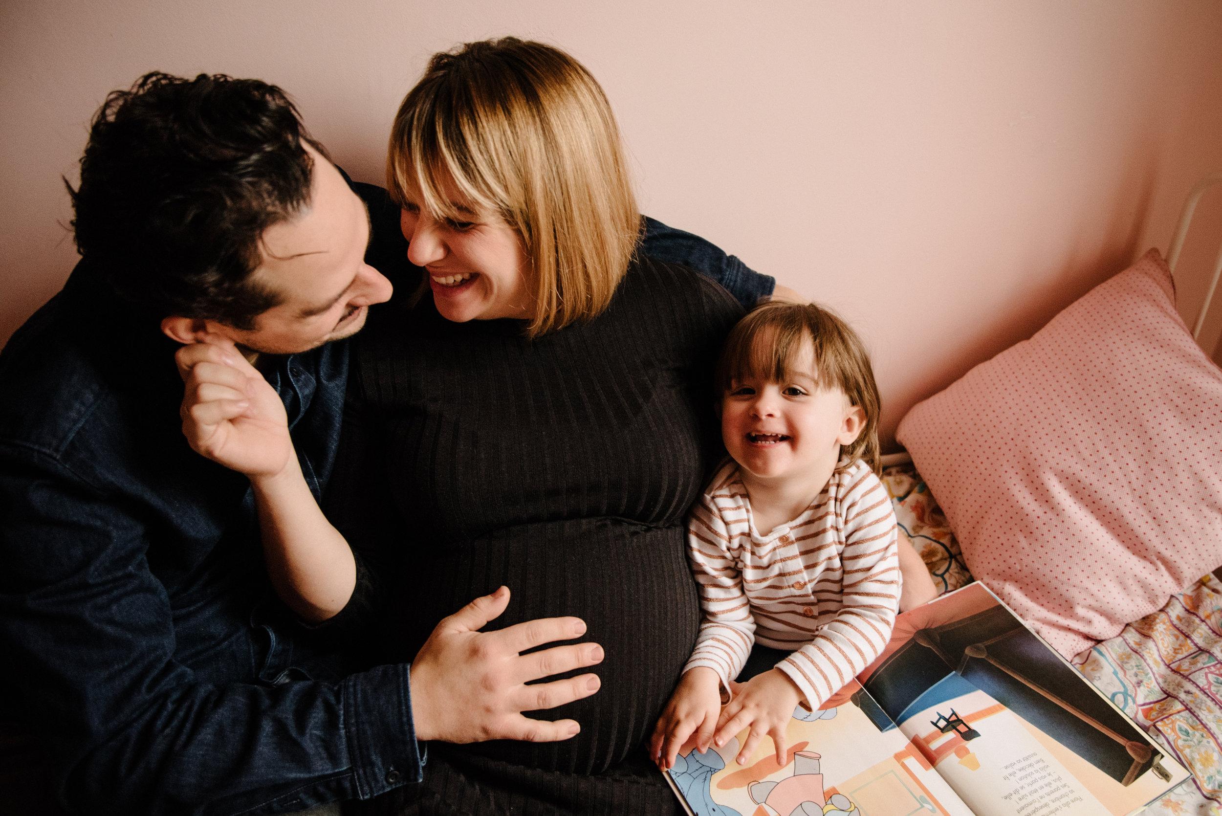 photo-d-une-famille-avec-maman-enceinte-qui-lit-et-joue-sur-un-lit-photographe-lifestyle-maternite-et-nouveau-ne-a-montreal-marianne-charland-154.jpg