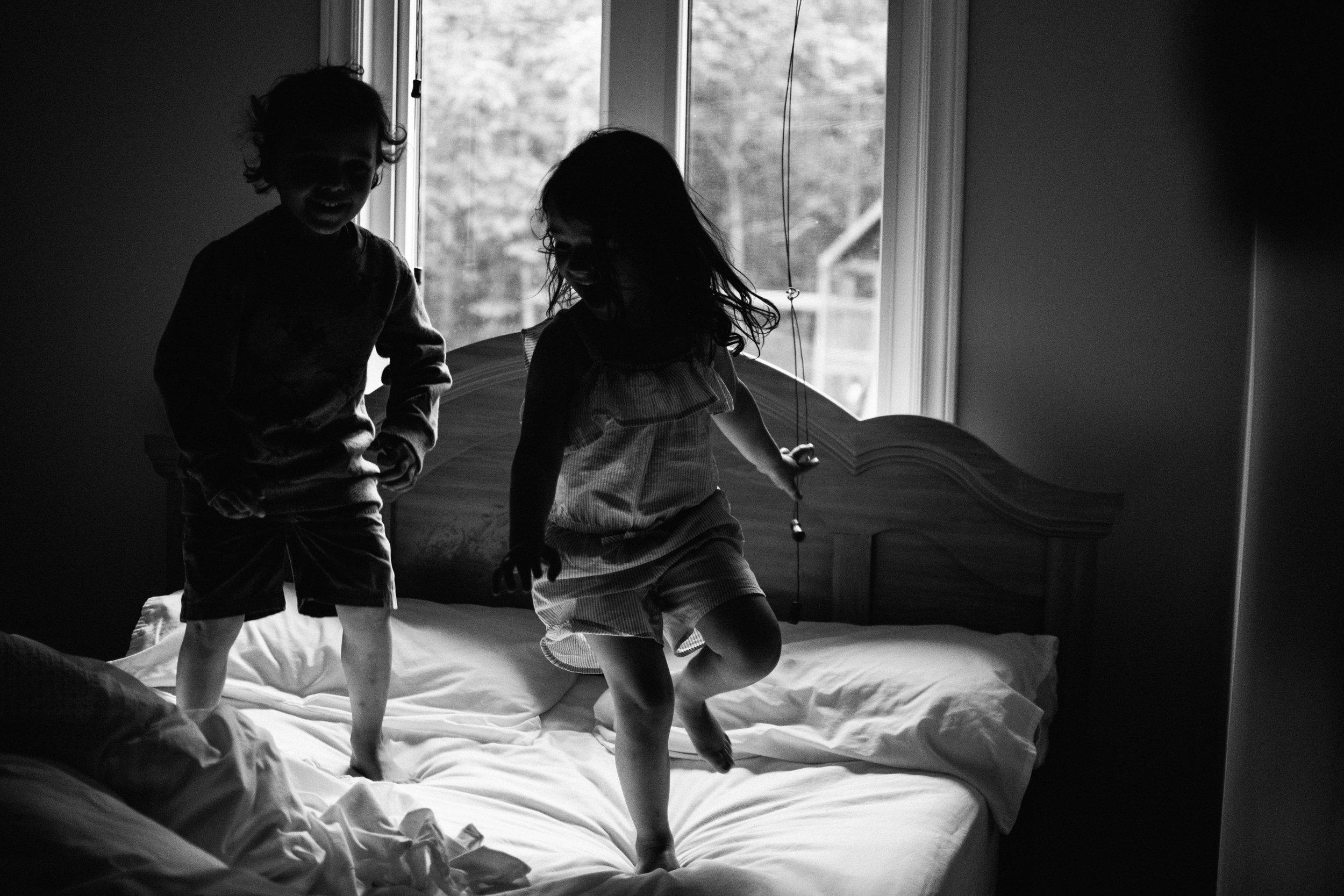 photo-d-enfants-qui-sautent-sur-un-lit-photographe-lifestyle-famille-et-nouveau-ne-a-montreal-marianne-charland-215.jpg