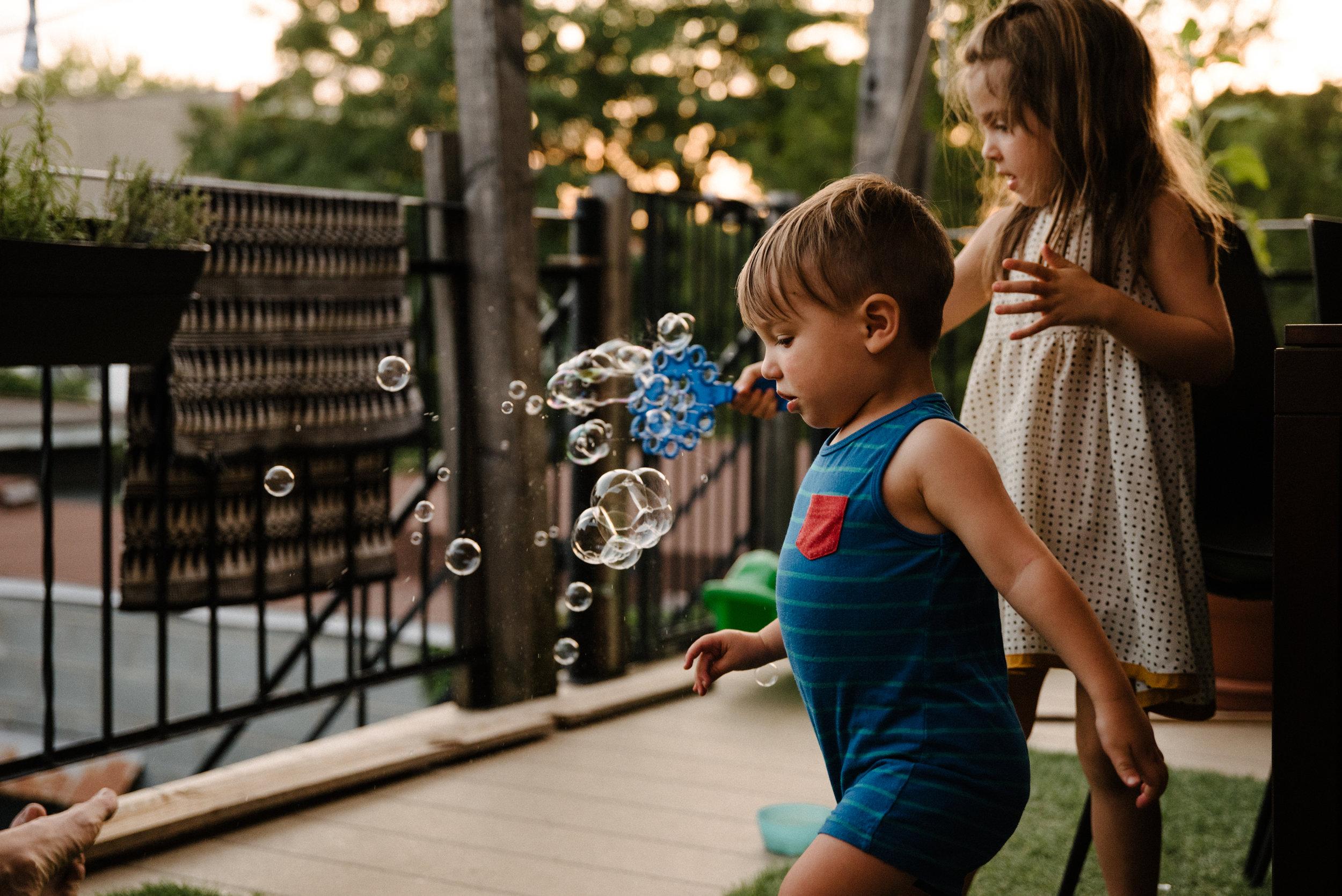 photo-d-enfants-qui-font-des-bulles-sur-un-balcon-montrealais-photographe-lifestyle-famille-et-nouveau-ne-a-montreal-marianne-charland-321.jpg