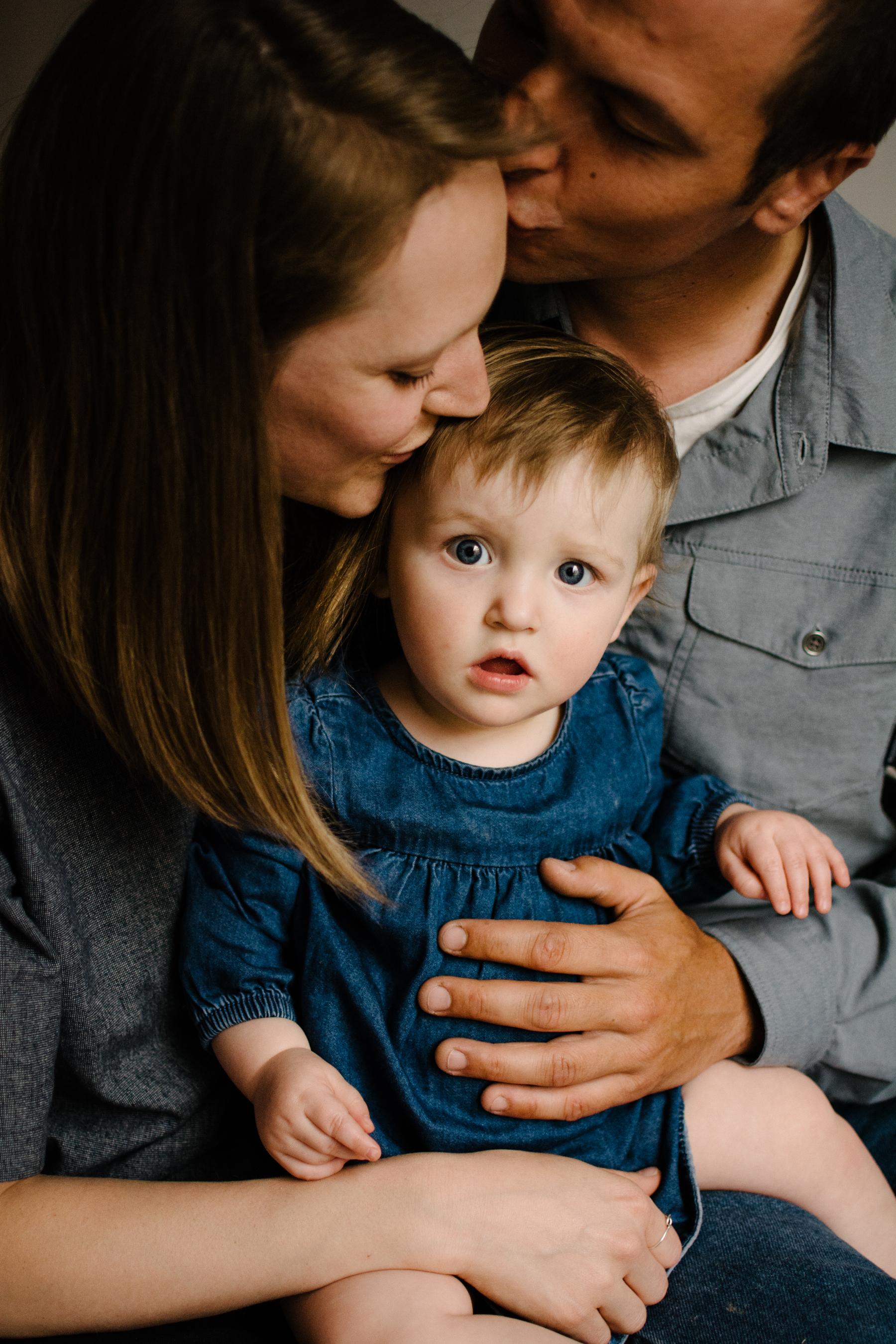 photo-d-un-bebe-et-ses-parents-qui-s-embrasse-a-la-chaine-photographe-lifestyle-famille-et-nouveau-ne-a-montreal-marianne-charland-9.jpg
