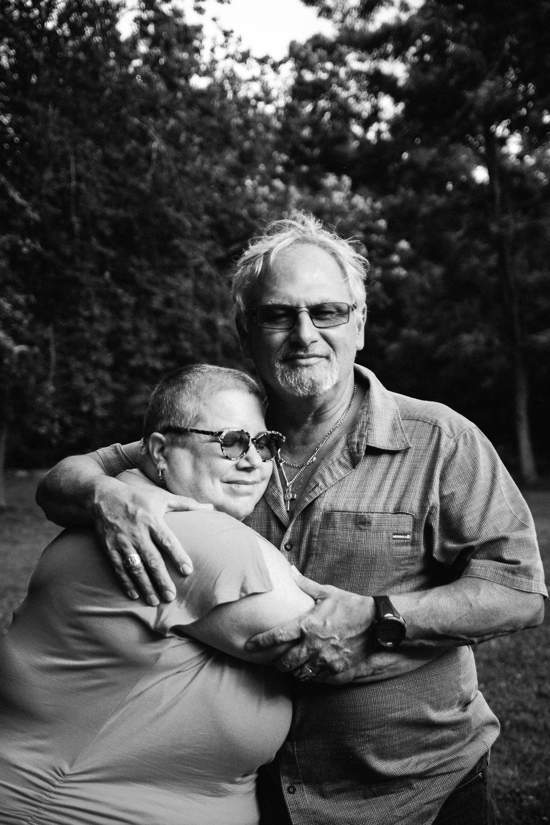photo-d-un-couple-d-age-mur-qui-se-serre-tendrement-dans-les-bras-photographe-lifestyle-famille-et-nouveau-ne-a-montreal-marianne-charland-.jpg