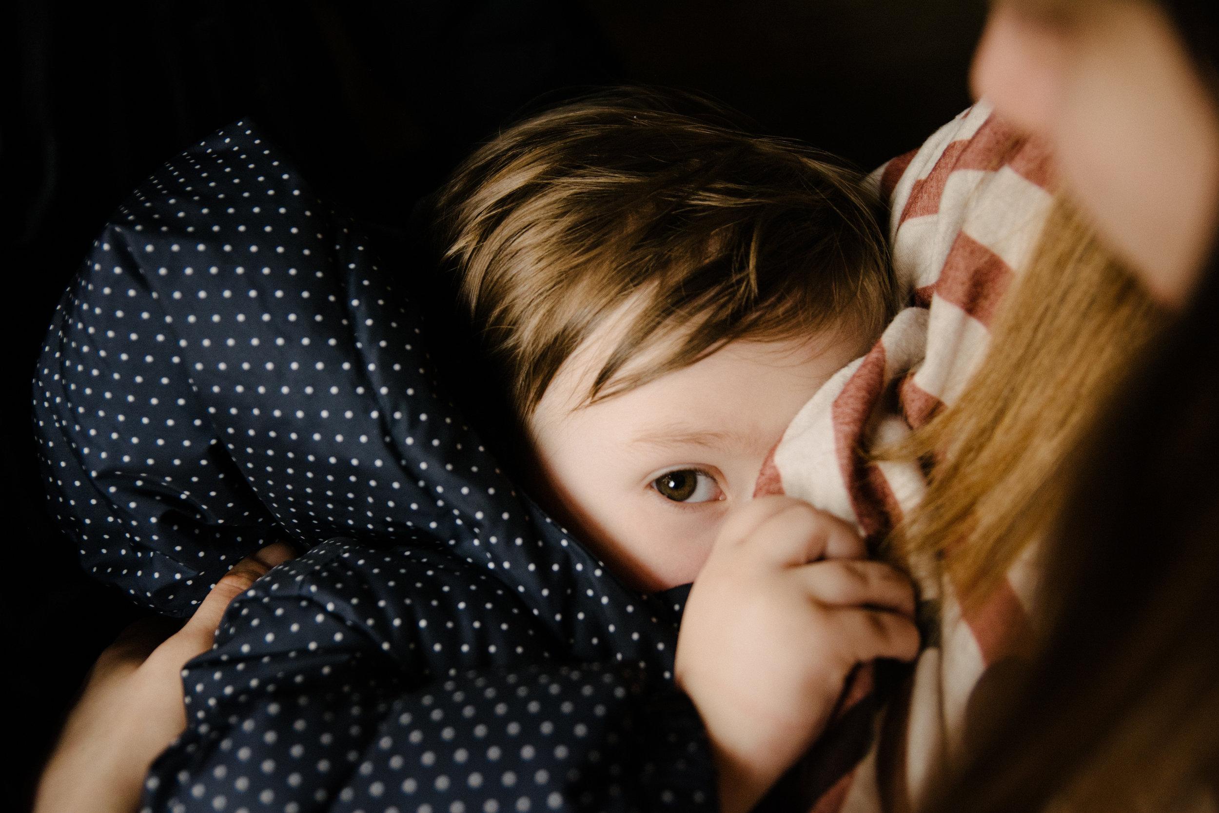 photo-d-un-enfant-qui-boit-du-lait-au-sein-de-sa-mere-photographe-lifestyle-famille-et-nouveau-ne-a-montreal-marianne-charland-14.jpg