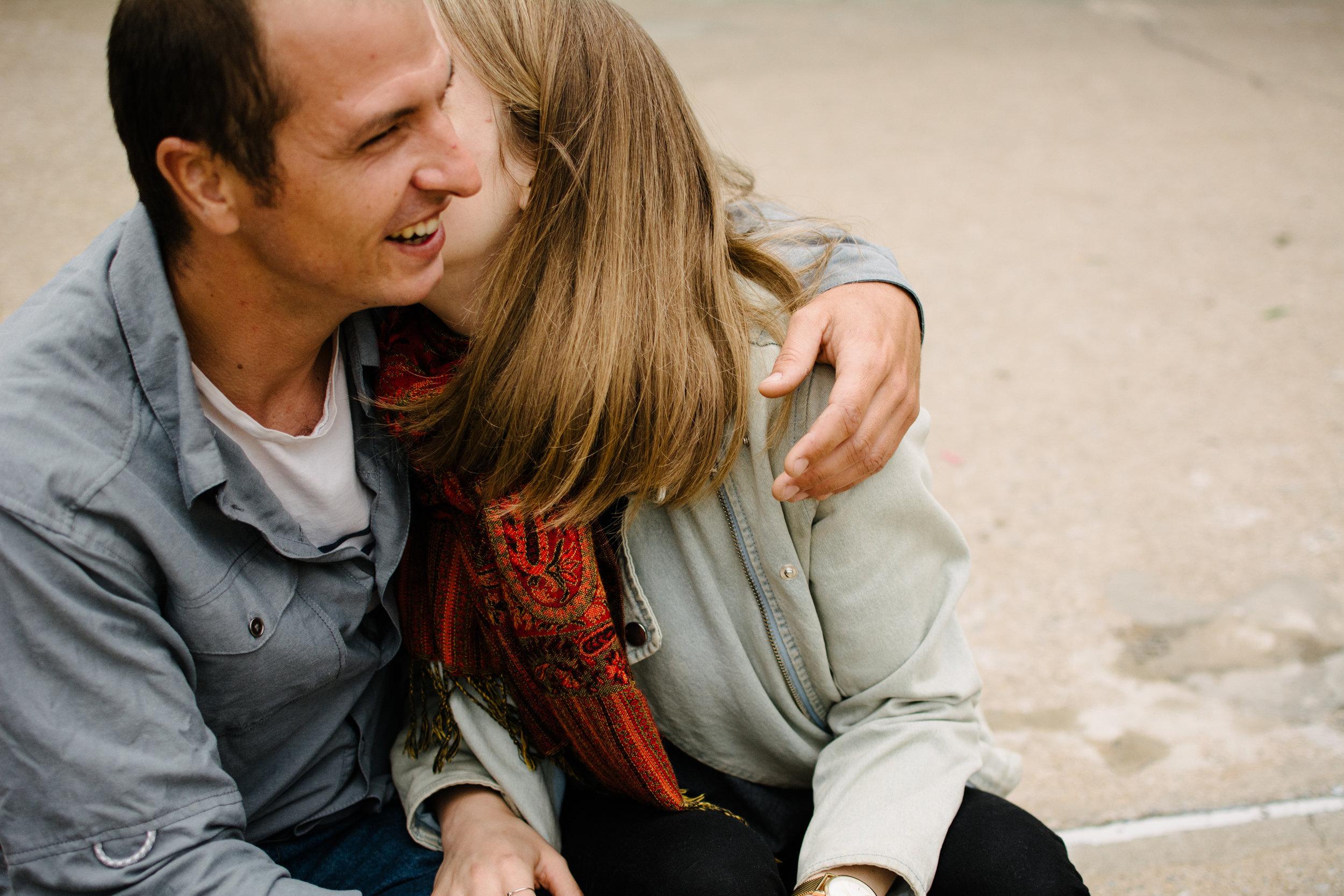 photo-d-un-homme-qui-se-fait-embrasser-dans-le-cou-par-son-amoureuse-photographe-lifestyle-famille-et-nouveau-ne-a-montreal-marianne-charland-98.jpg