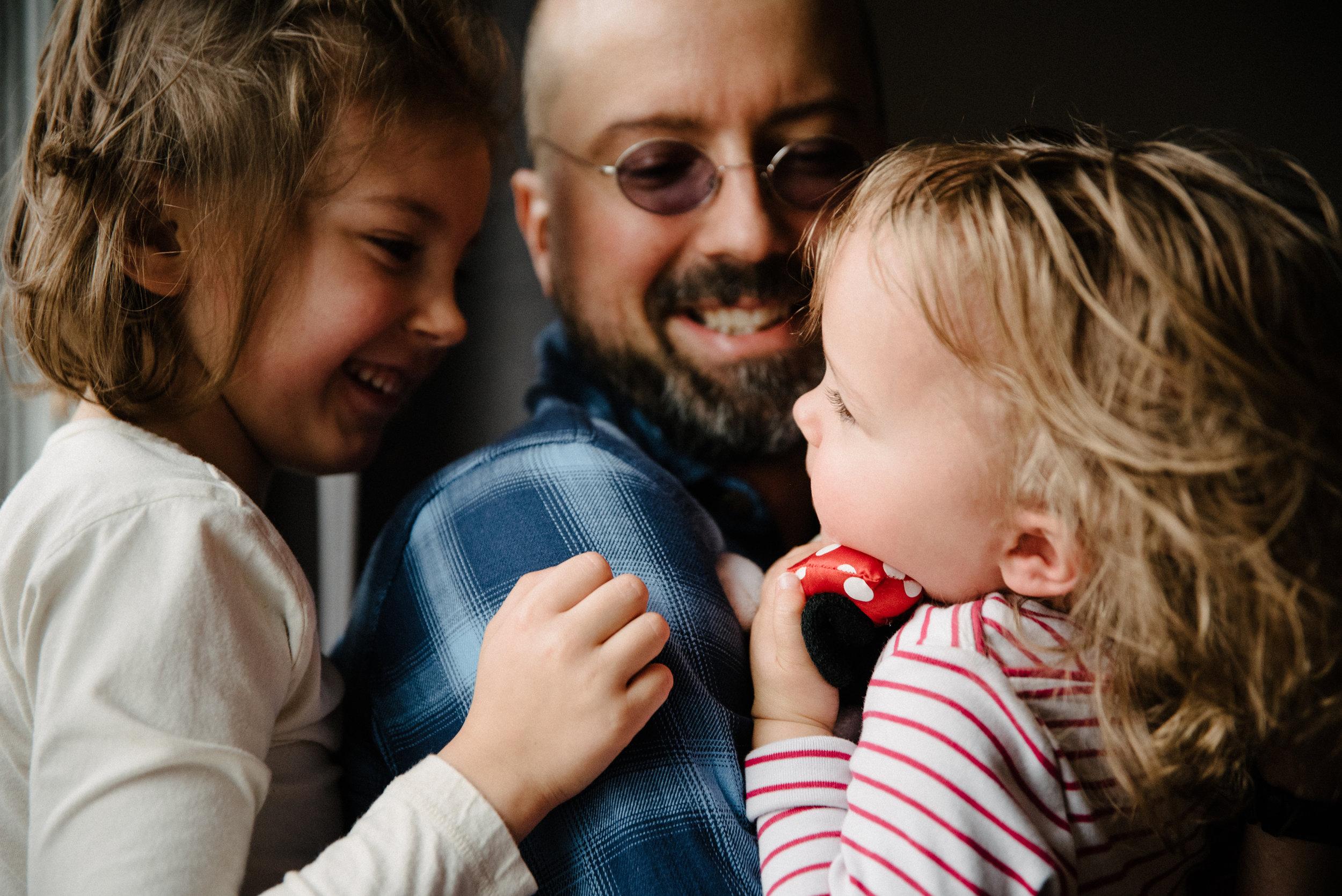 photo-d-un-pere-qui-s-amuse-avec-ses-deux-filles-photographe-lifestyle-de-famille-et-nouveau-ne-a-montreal-marianne-charland-781.jpg